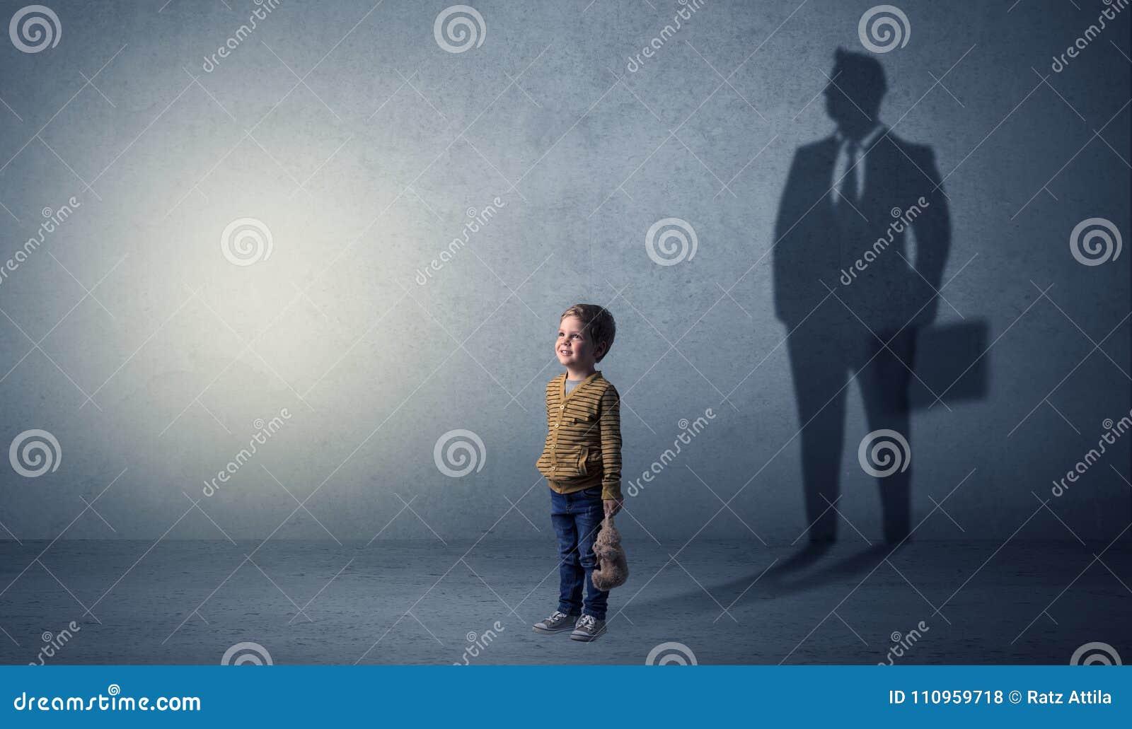 6a1e810b848 El niño pequeño se imagina que él será hombre de negocios e ilustración de  su futuro en una sombra grande