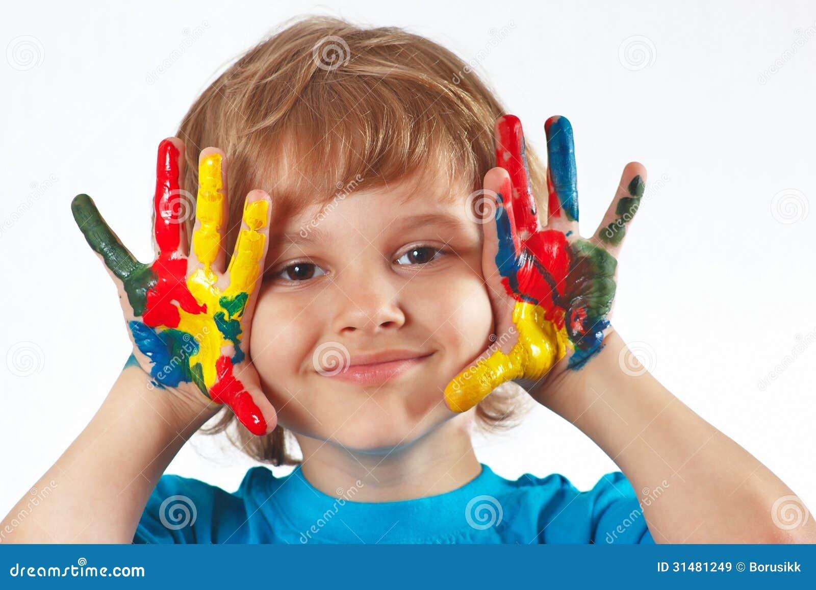 Ni o peque o con las manos pintadas en el fondo blanco - Ninos pintando con las manos ...