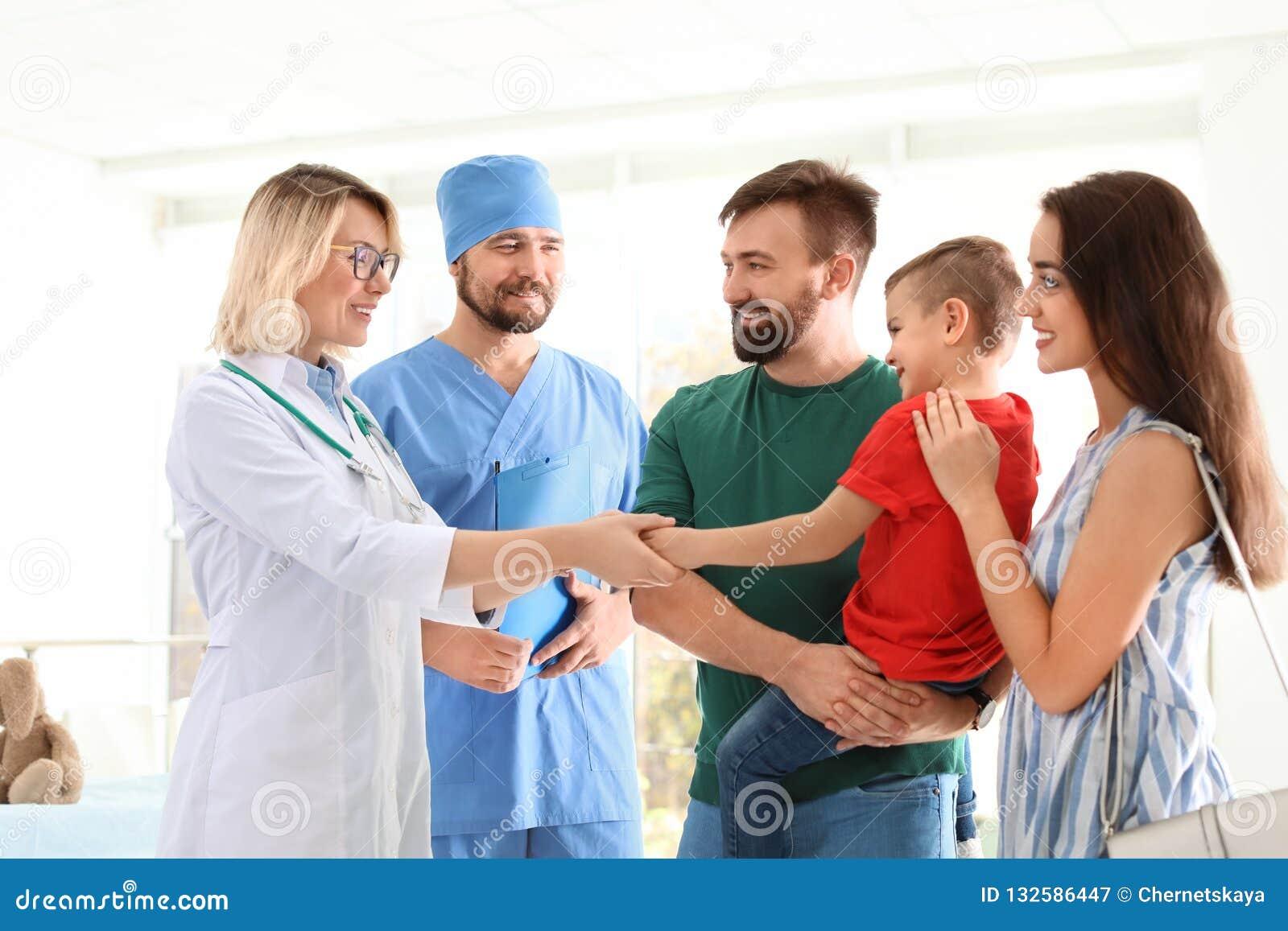 Niño pequeño con los padres que visitan a los doctores de los niños