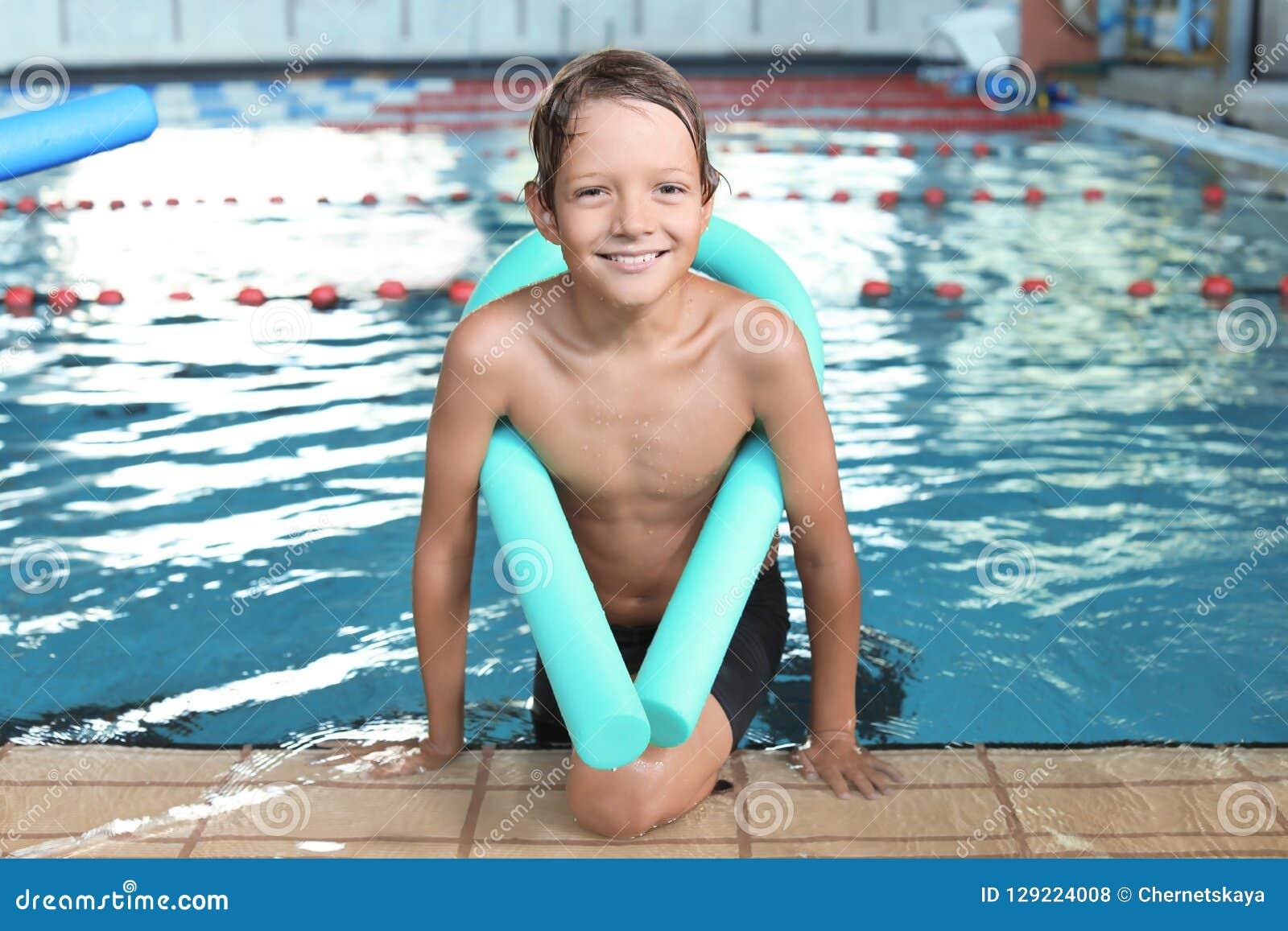 Niño pequeño con los tallarines de la natación