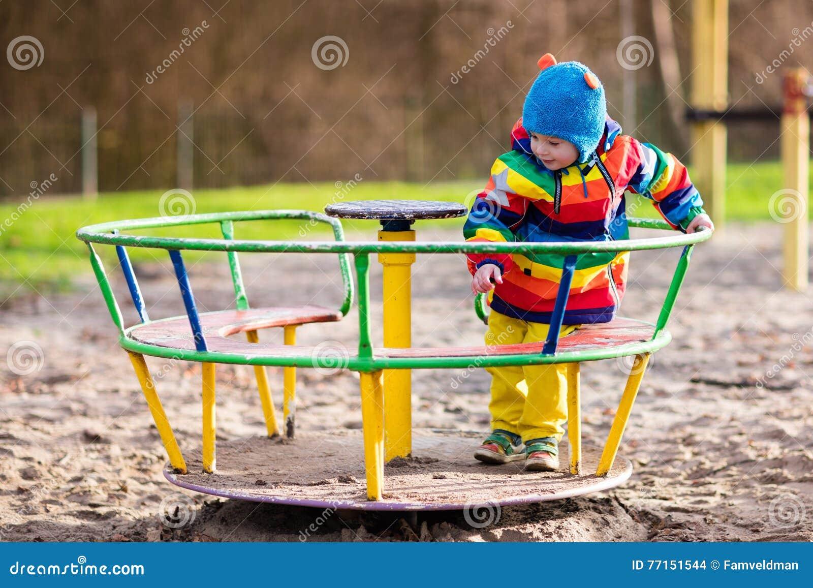 Niño pequeño en patio en otoño