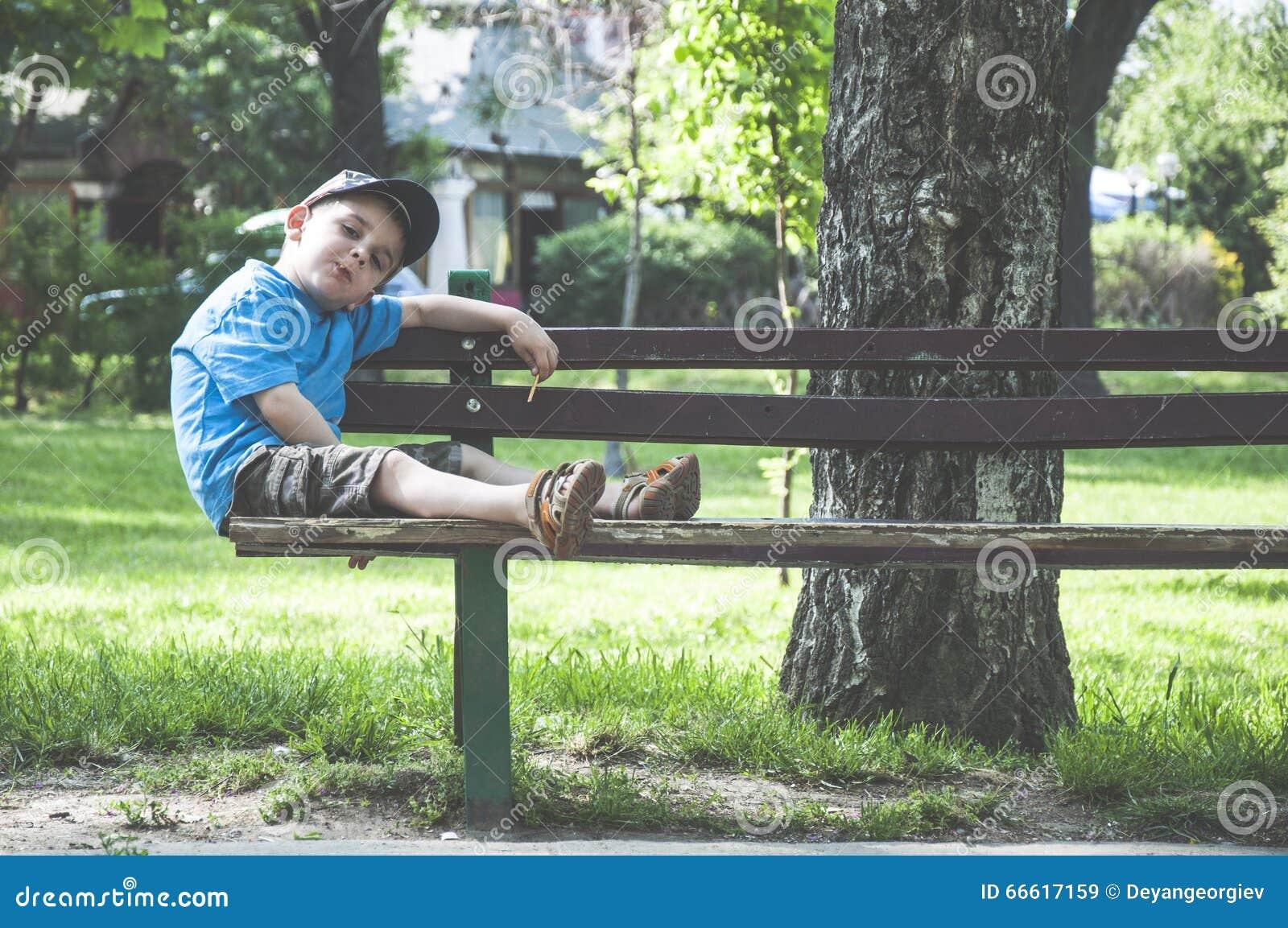 Niño pequeño en un banco