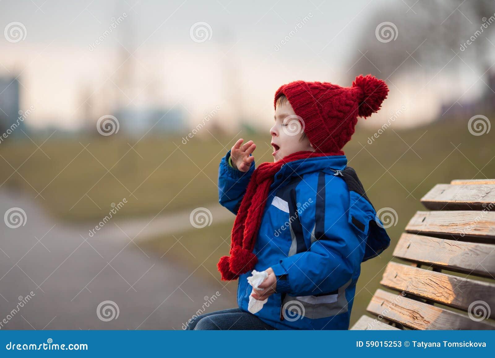 Ni o peque o estornudando y soplando su nariz al aire - Foto nino pequeno ...