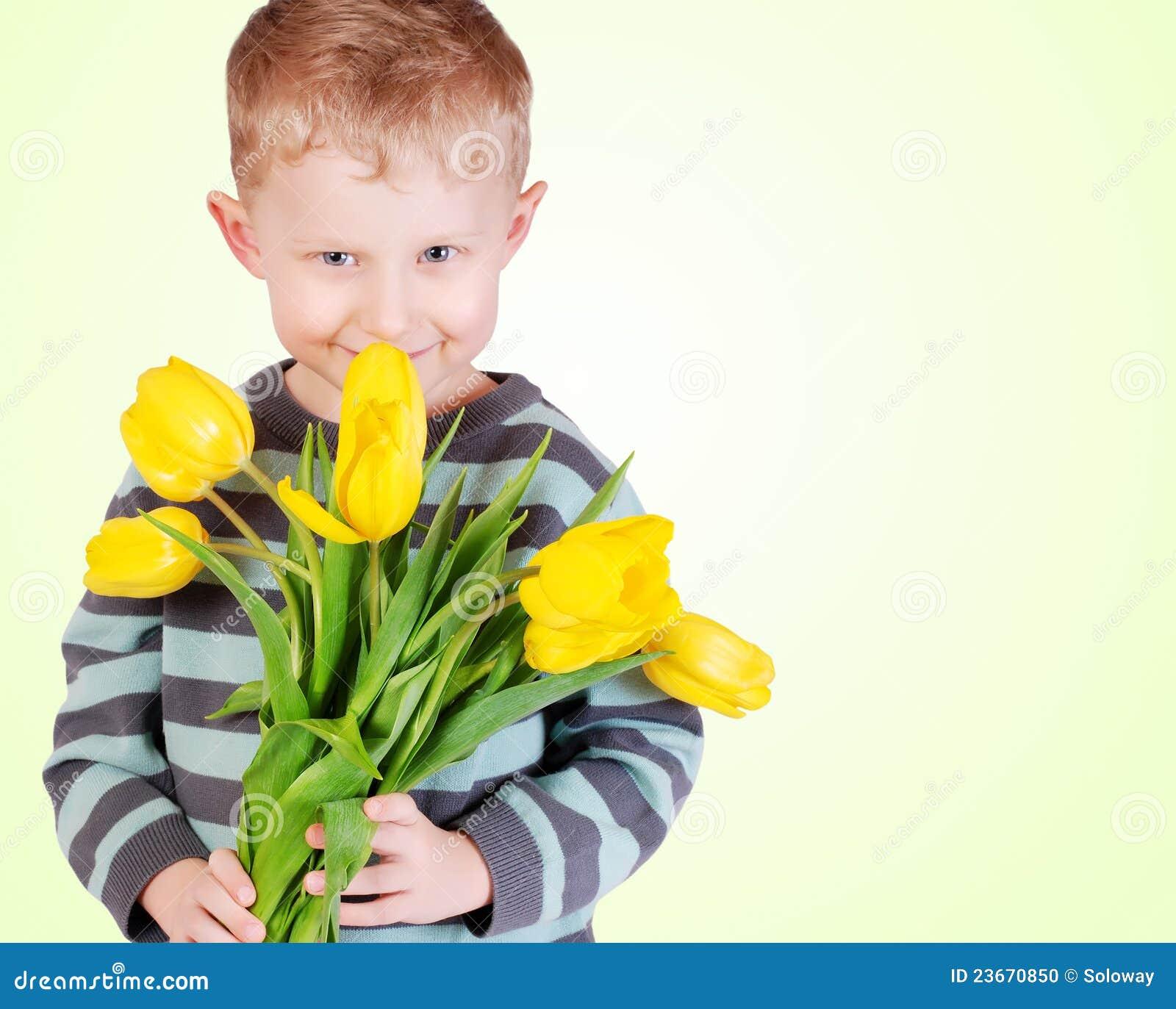 Ni o peque o lindo con los tulipanes amarillos foto de - Foto nino pequeno ...