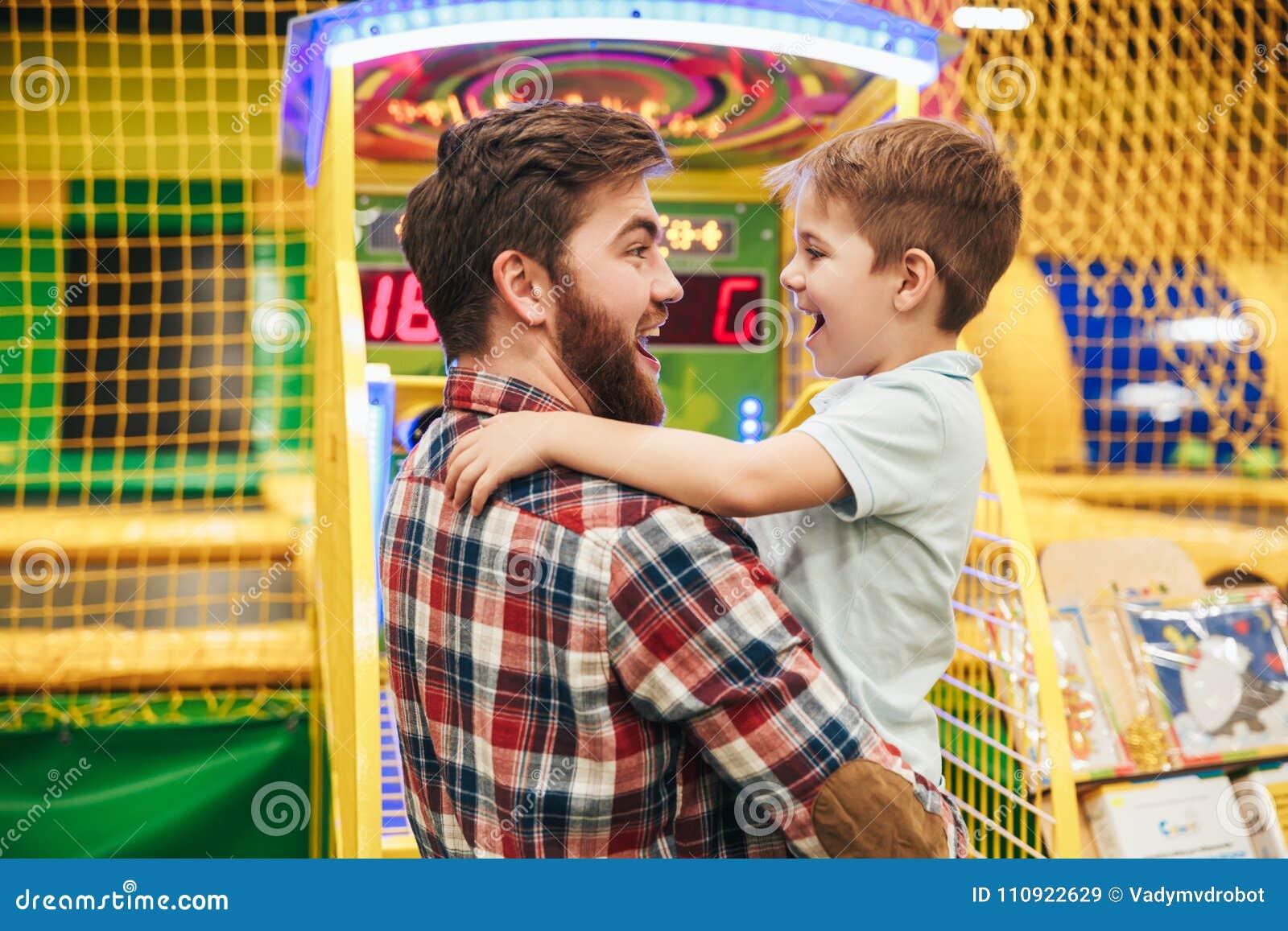 Niño pequeño lindo que se divierte con su papá