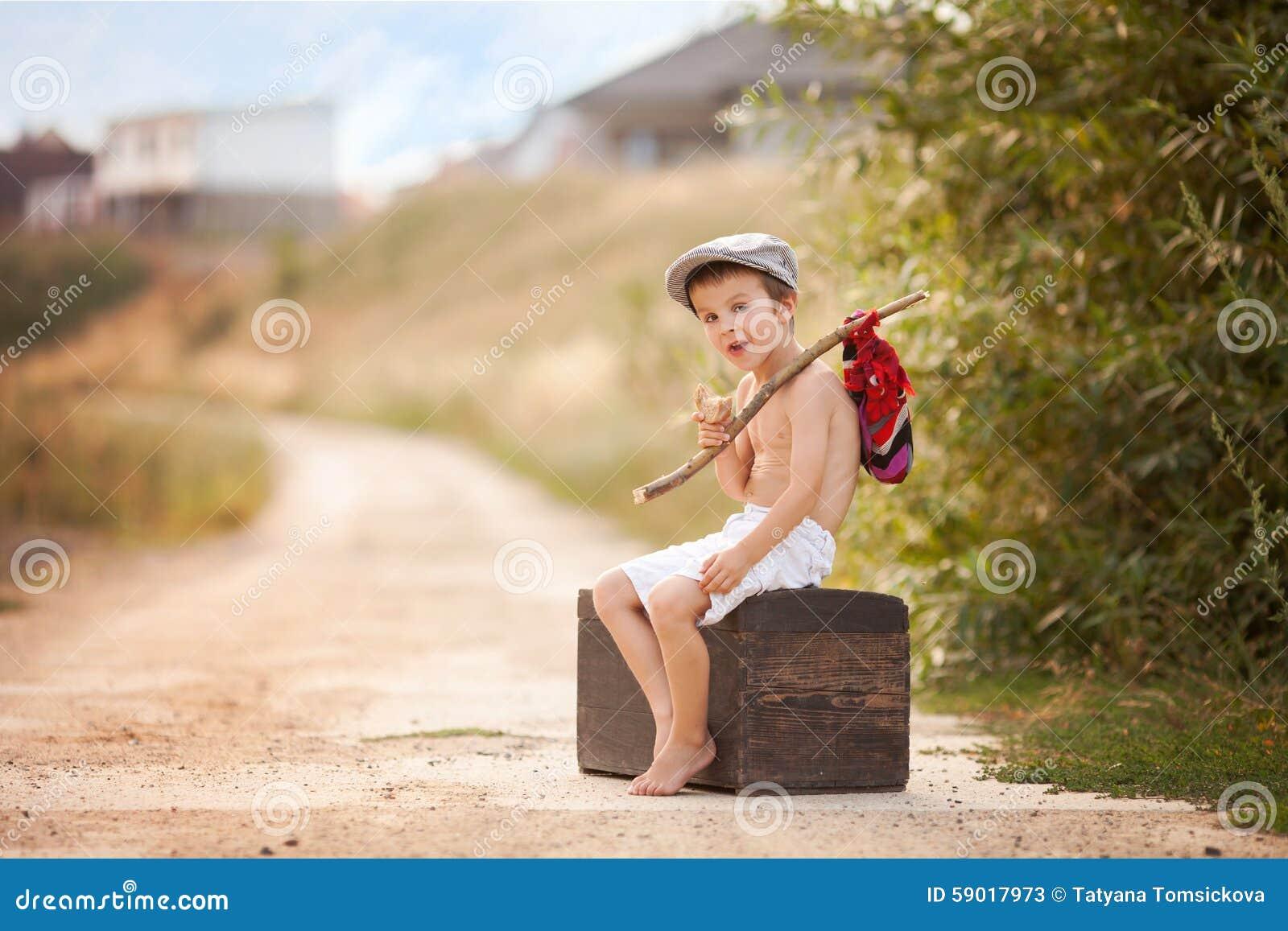 Ni o peque o lindo sent ndose en una maleta vieja grande - Foto nino pequeno ...