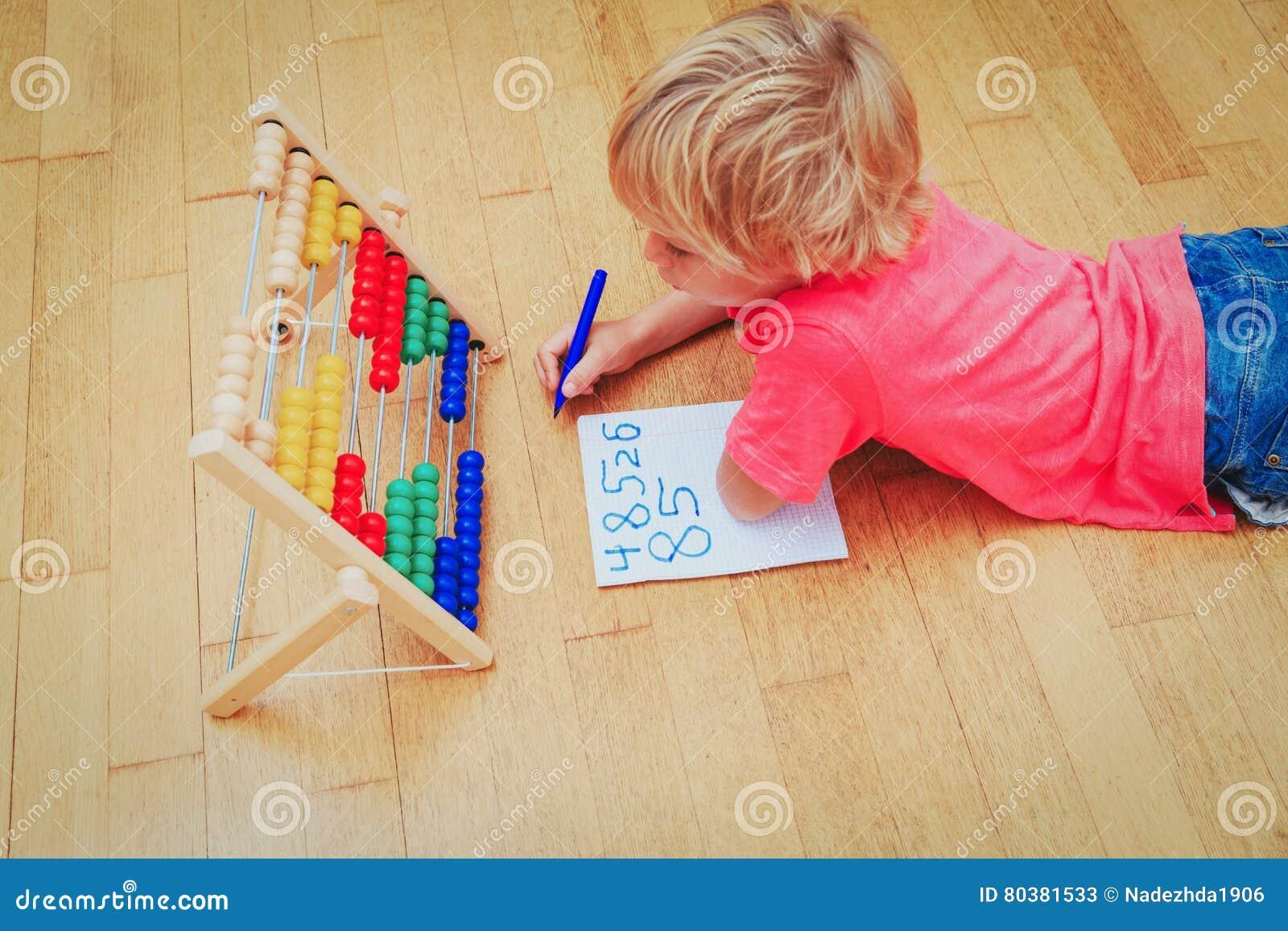40eaf5ec609 Escuela casera que aprende el concepto de la preparación - niño pequeño que  aprende números en casa
