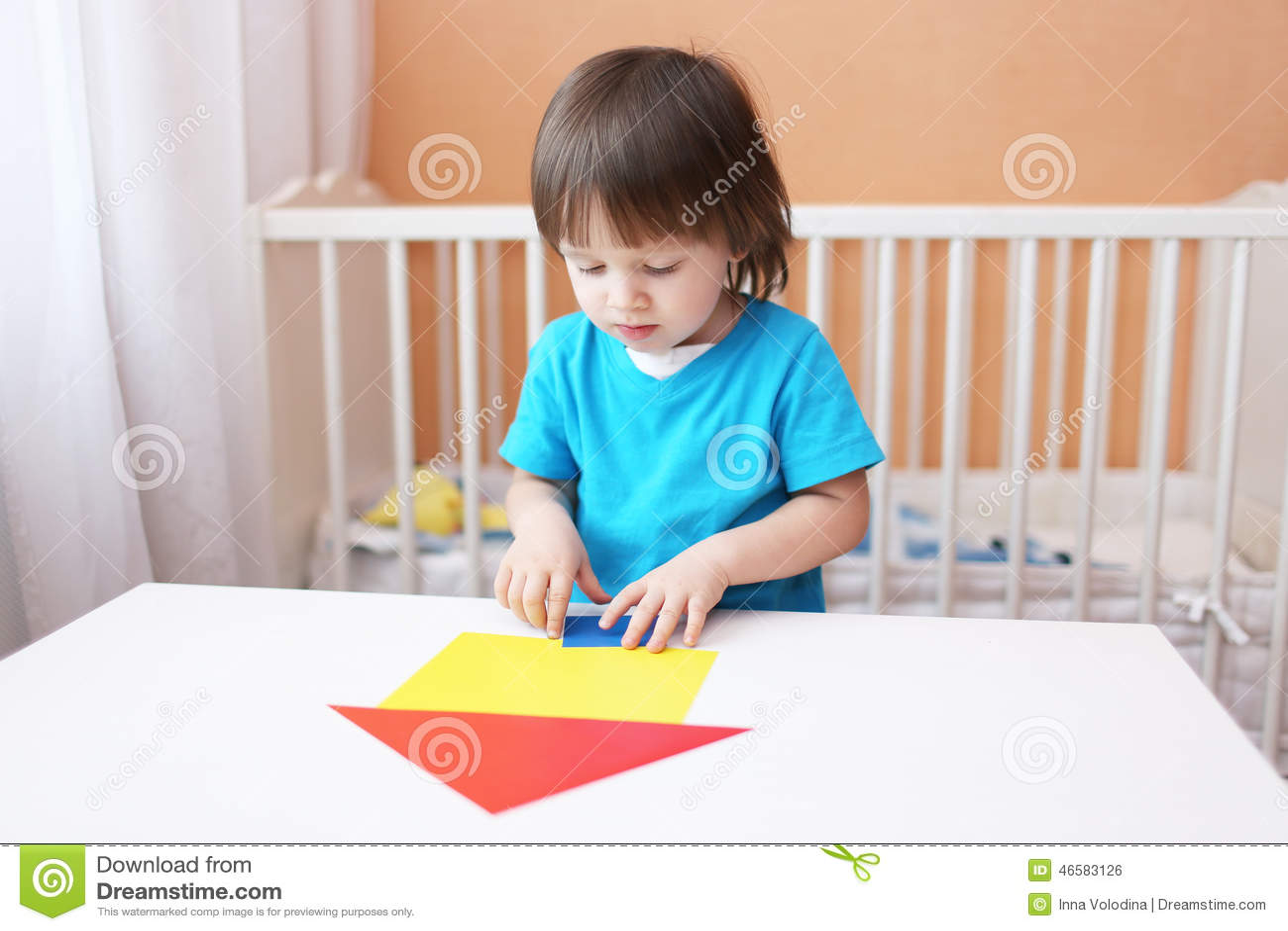 Ni o peque o que construye la casa de los detalles de - Foto nino pequeno ...