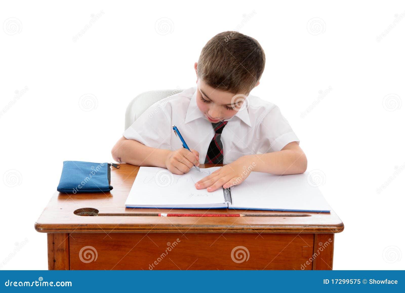 Niño pequeño que hace el trabajo o la preparación de la escuela