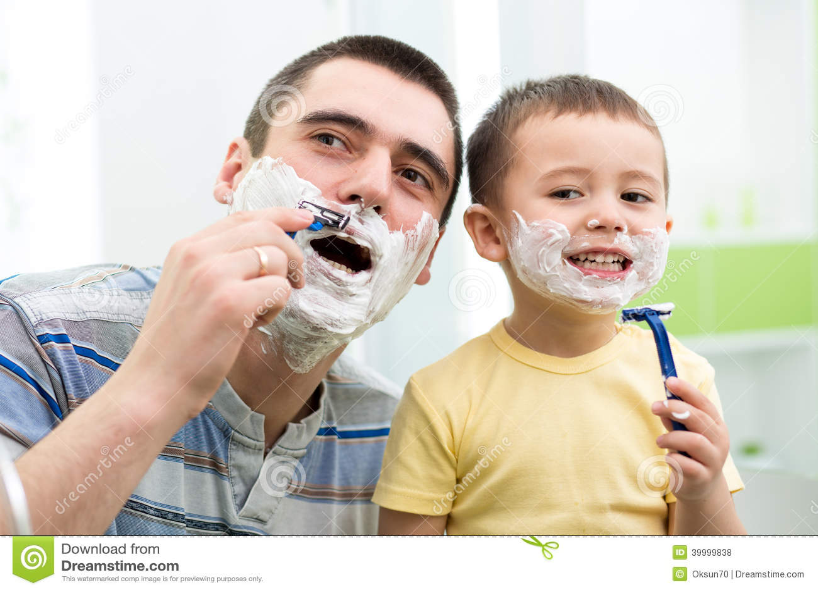 Ni o peque o que intenta afeitar como su pap foto de - Foto nino pequeno ...