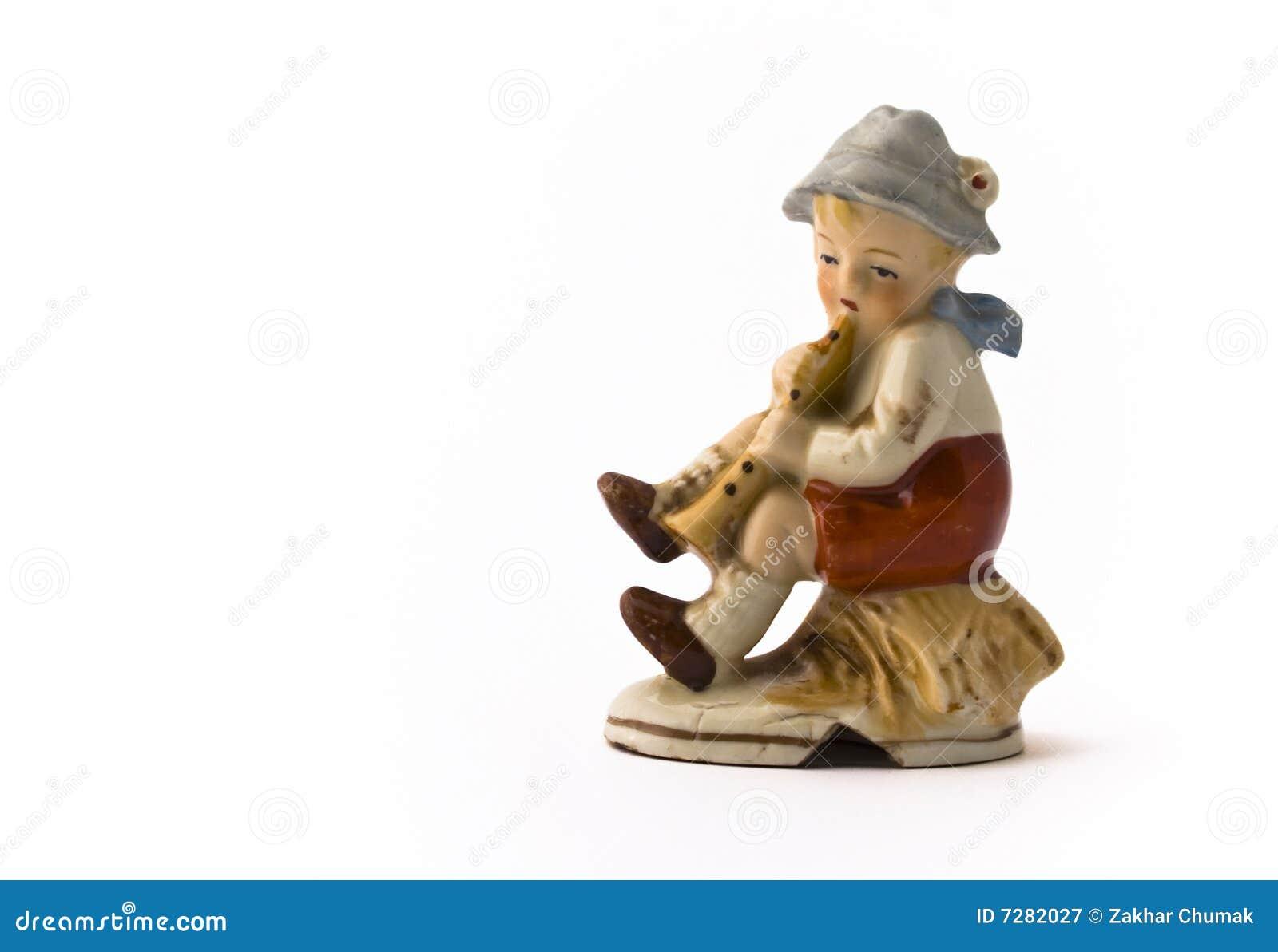 Niño pequeño que juega el tubo