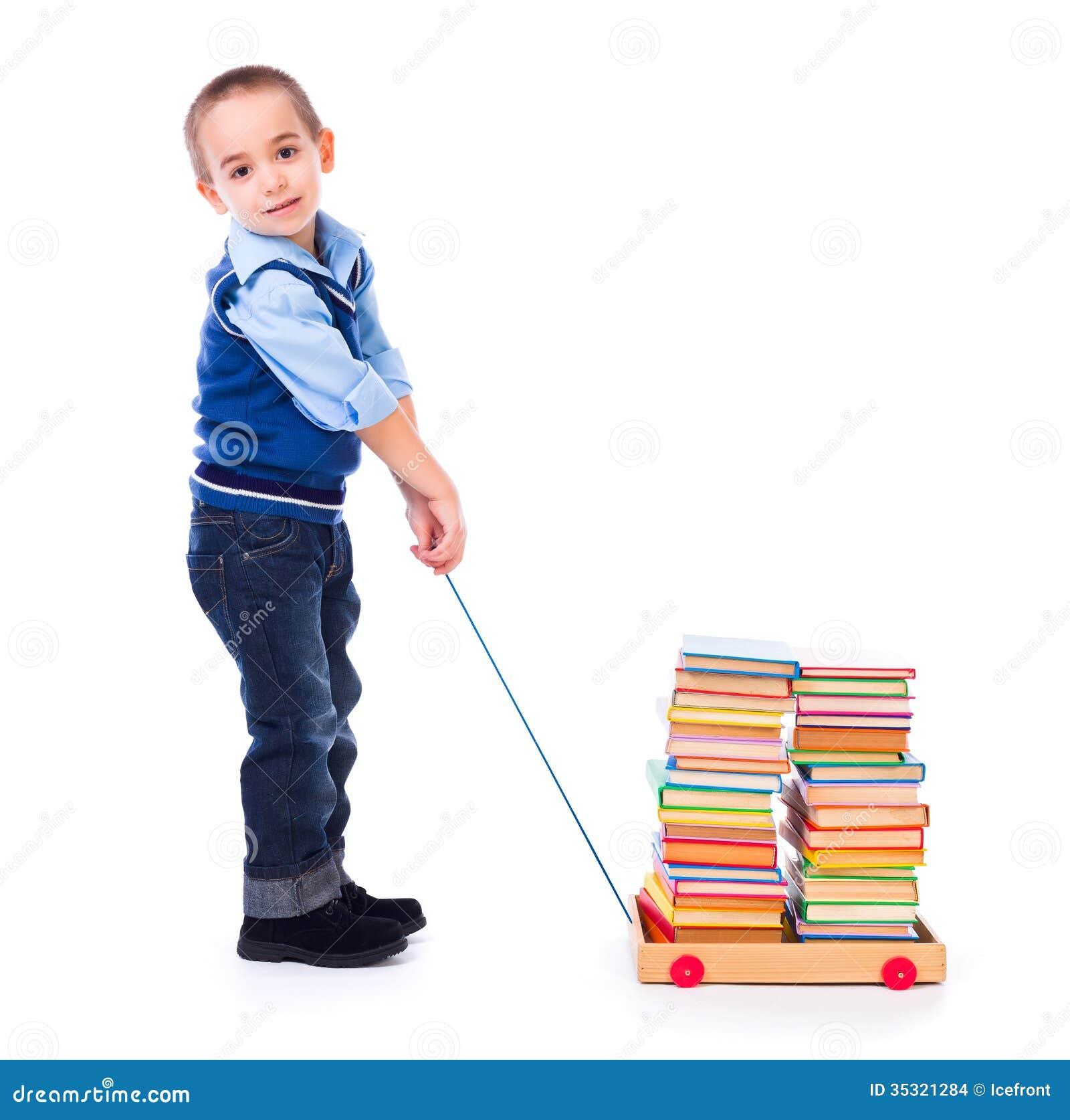 Nino Pequeno Que Tira De Los Libros En Carro Del Juguete Foto De
