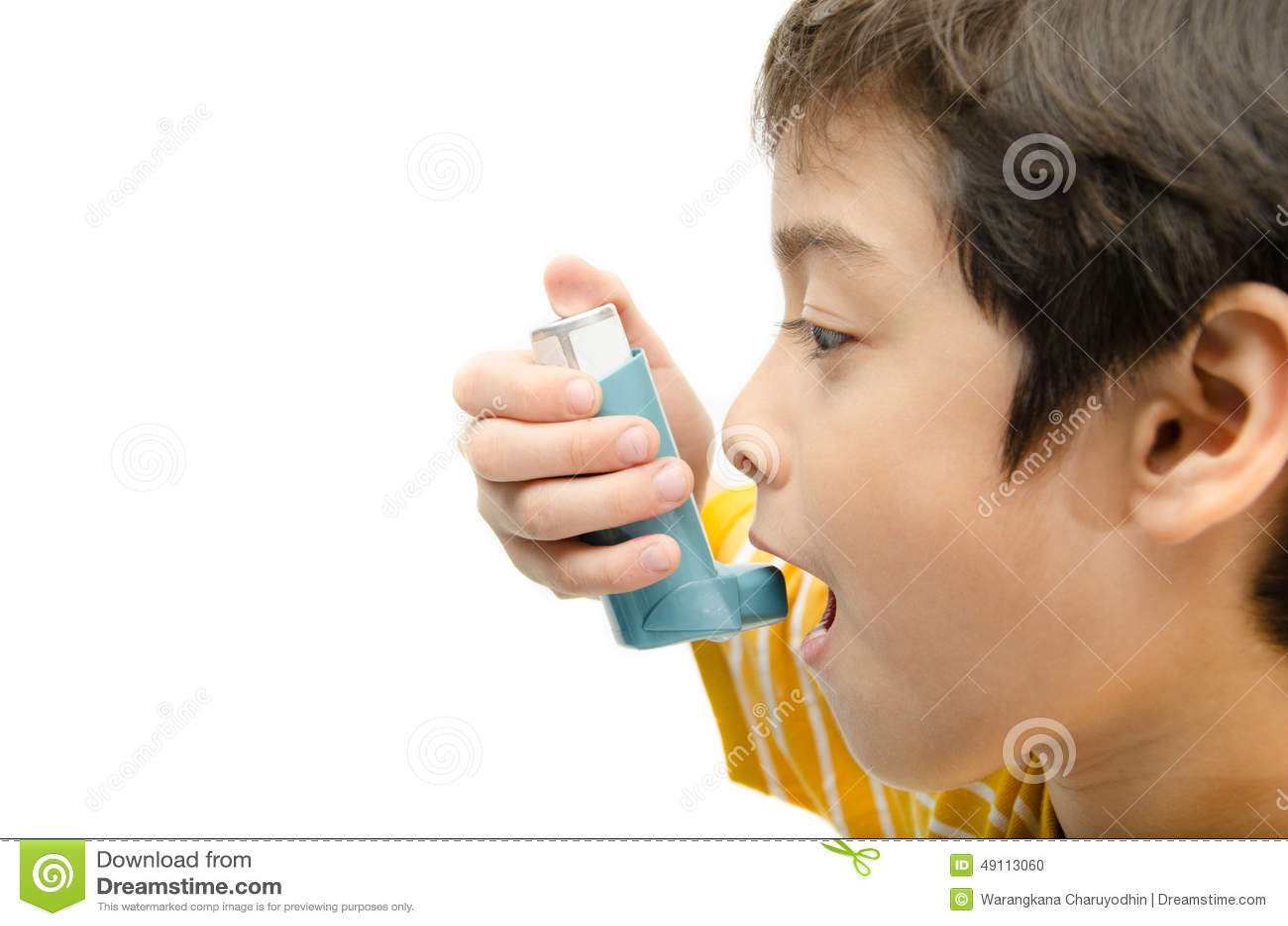 Niño pequeño que usa el inhalador del asma para respirar