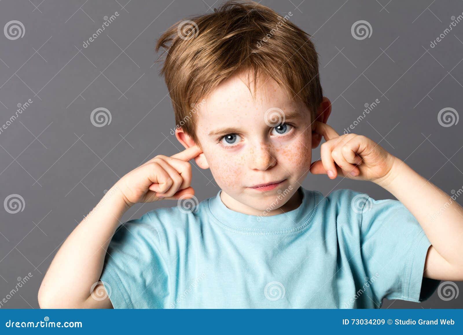 Ni o peque o triste que no quiere escuchar la violencia en - Foto nino pequeno ...