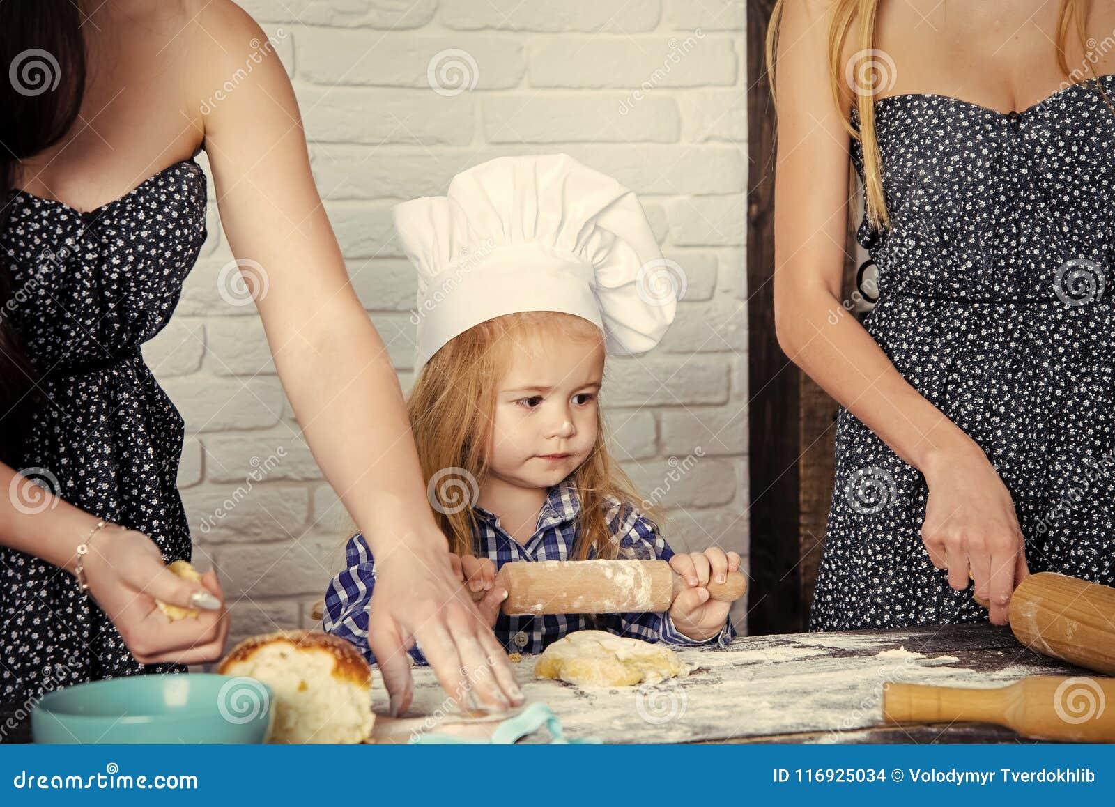 Niño que ayuda en cocina