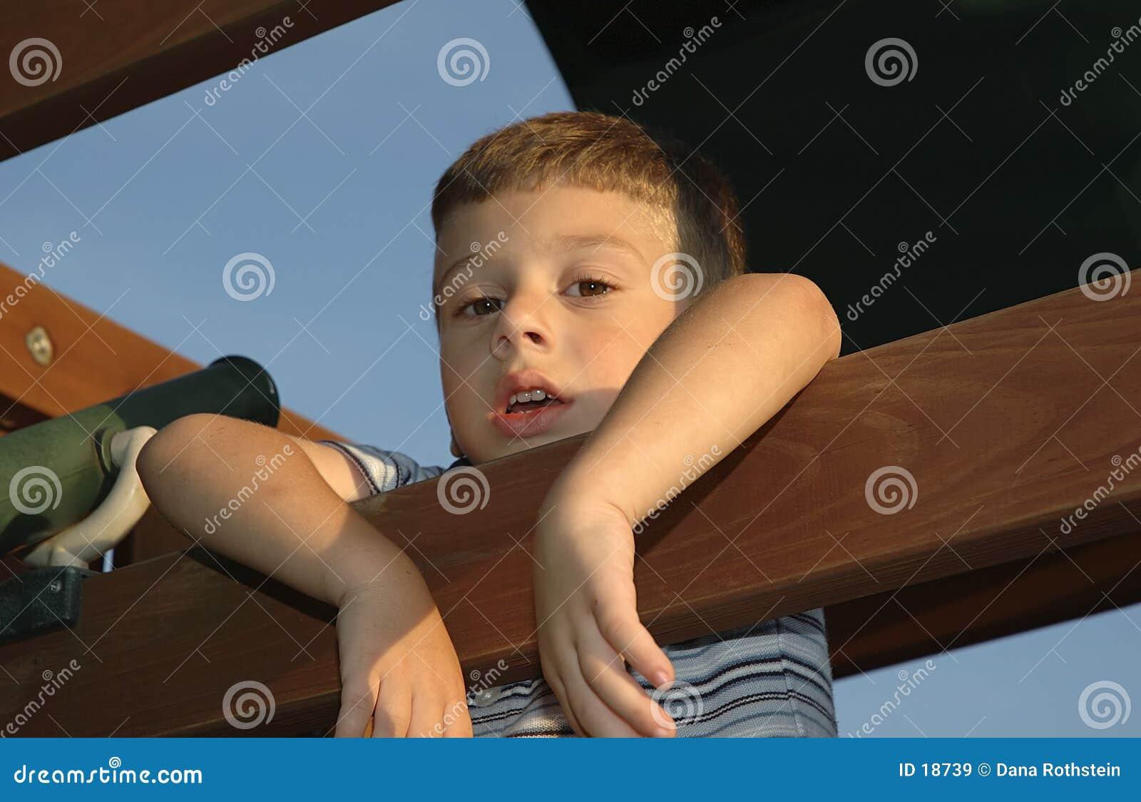 Niño que cuelga hacia fuera