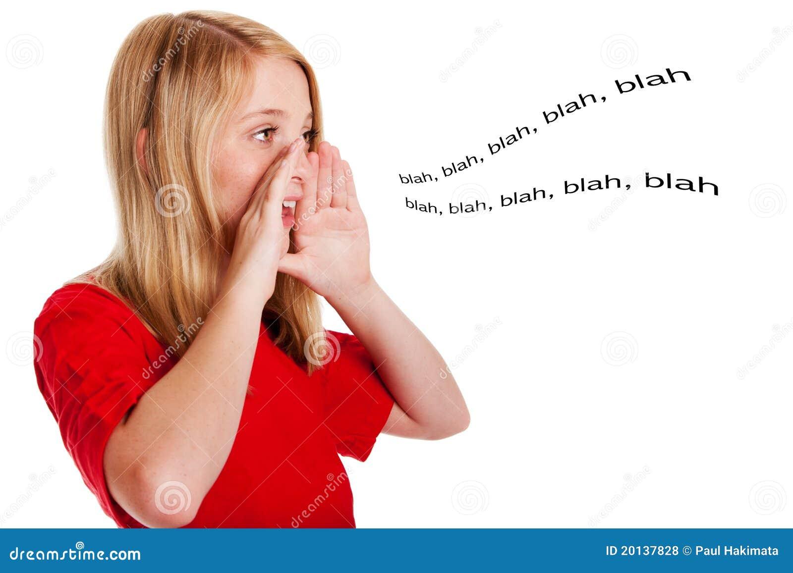 Niño que habla hacia fuera ruidosamente