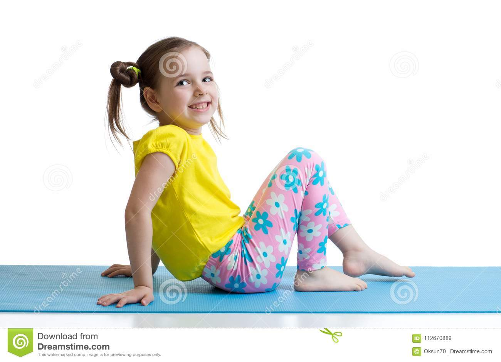 Niño que hace ejercicios de la aptitud