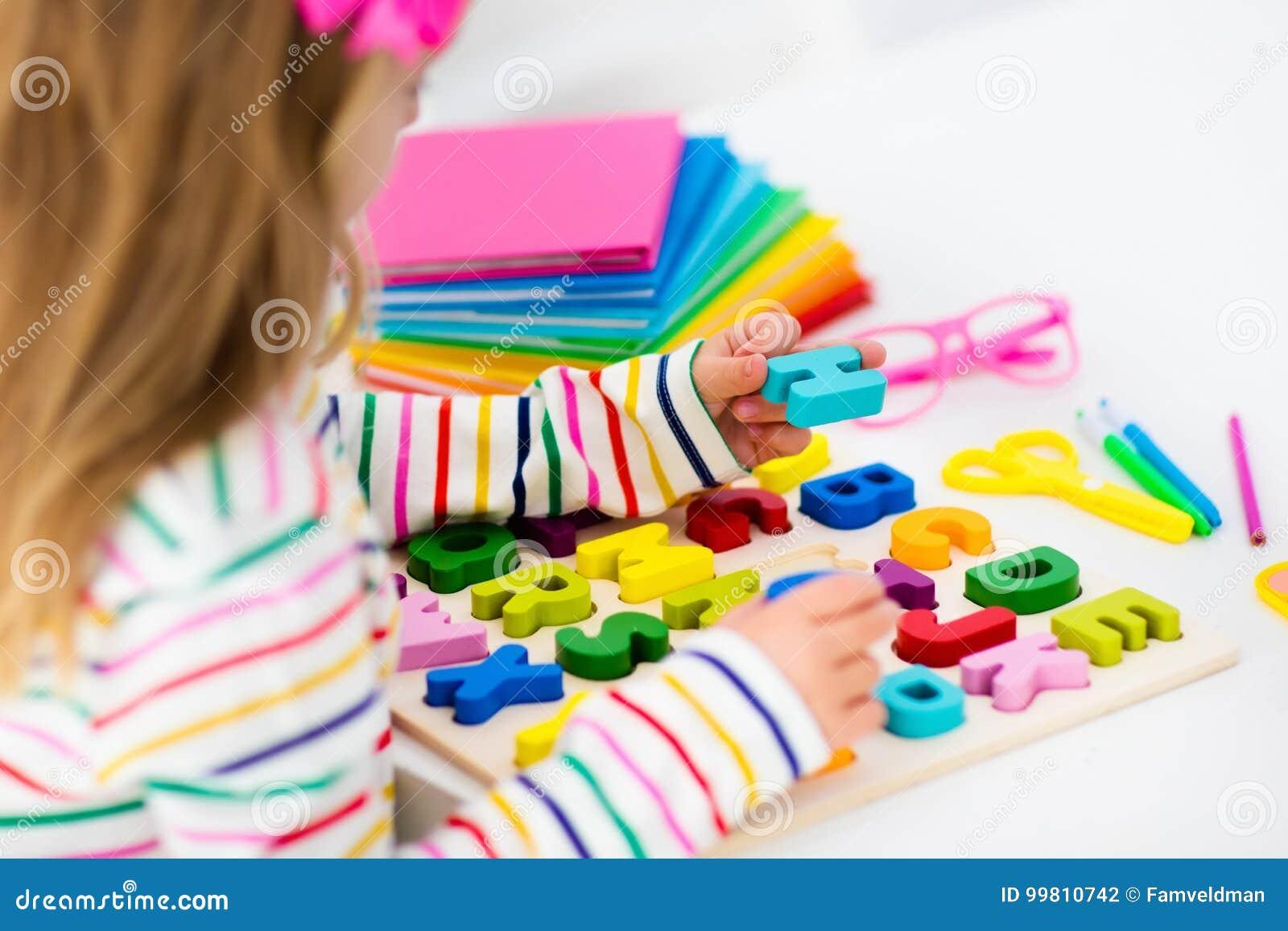Niño Que Hace La Preparación Para La Escuela Los Niños Aprenden Y ...