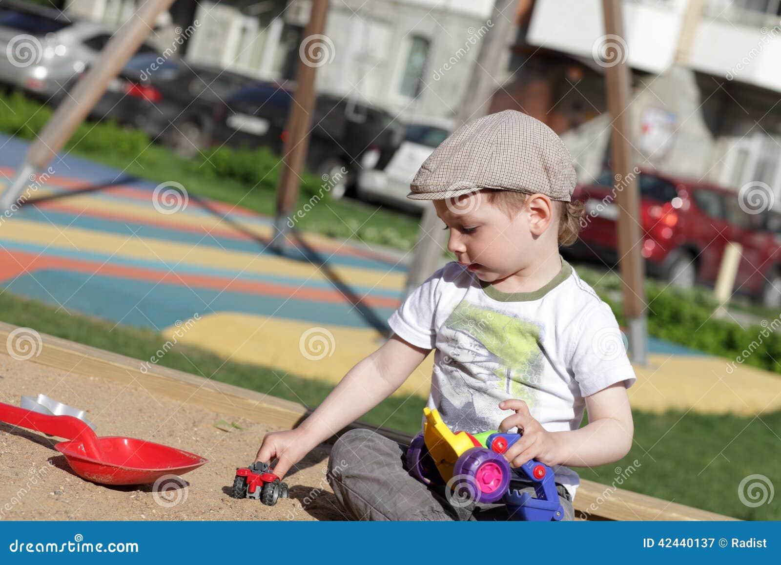Niño que juega en salvadera