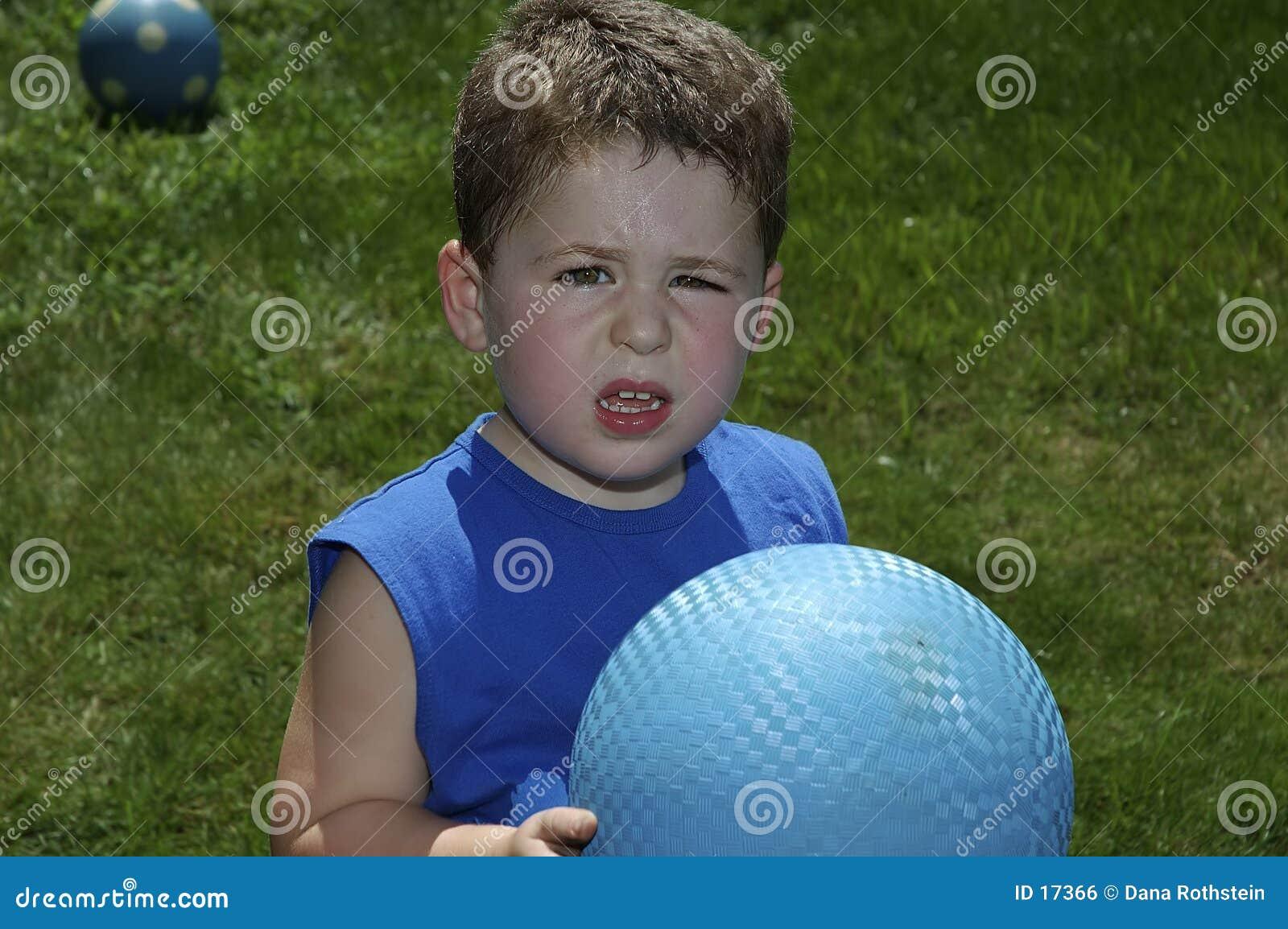 Niño que juega la bola