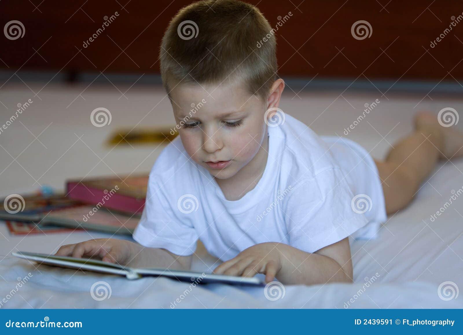Niño que lee un libro