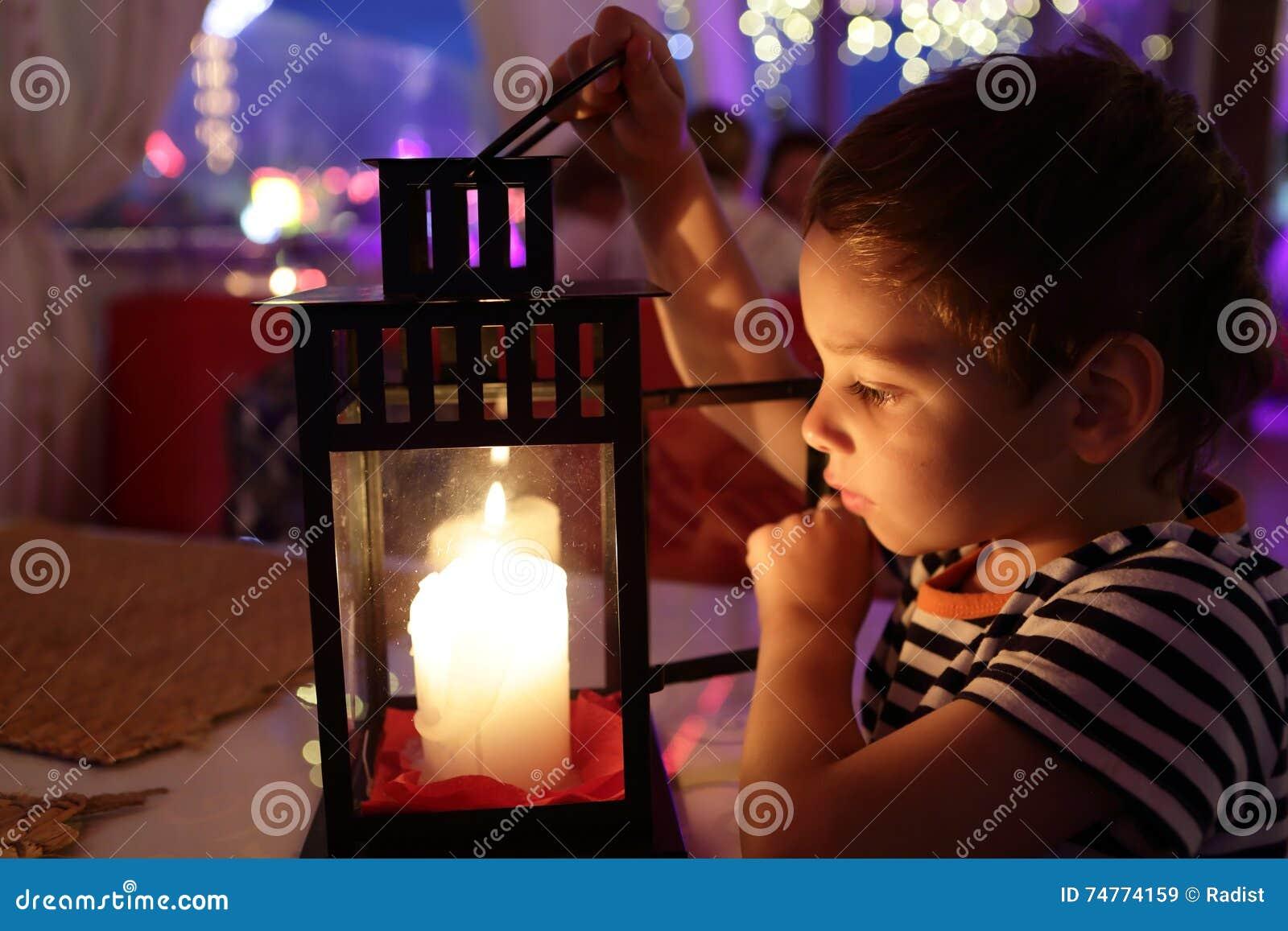 Niño que mira la vela