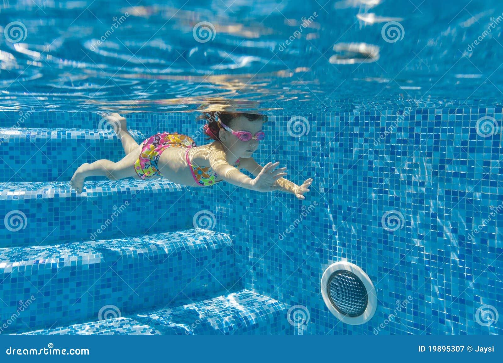 Ni o que nada bajo el agua en piscina for Piscina z