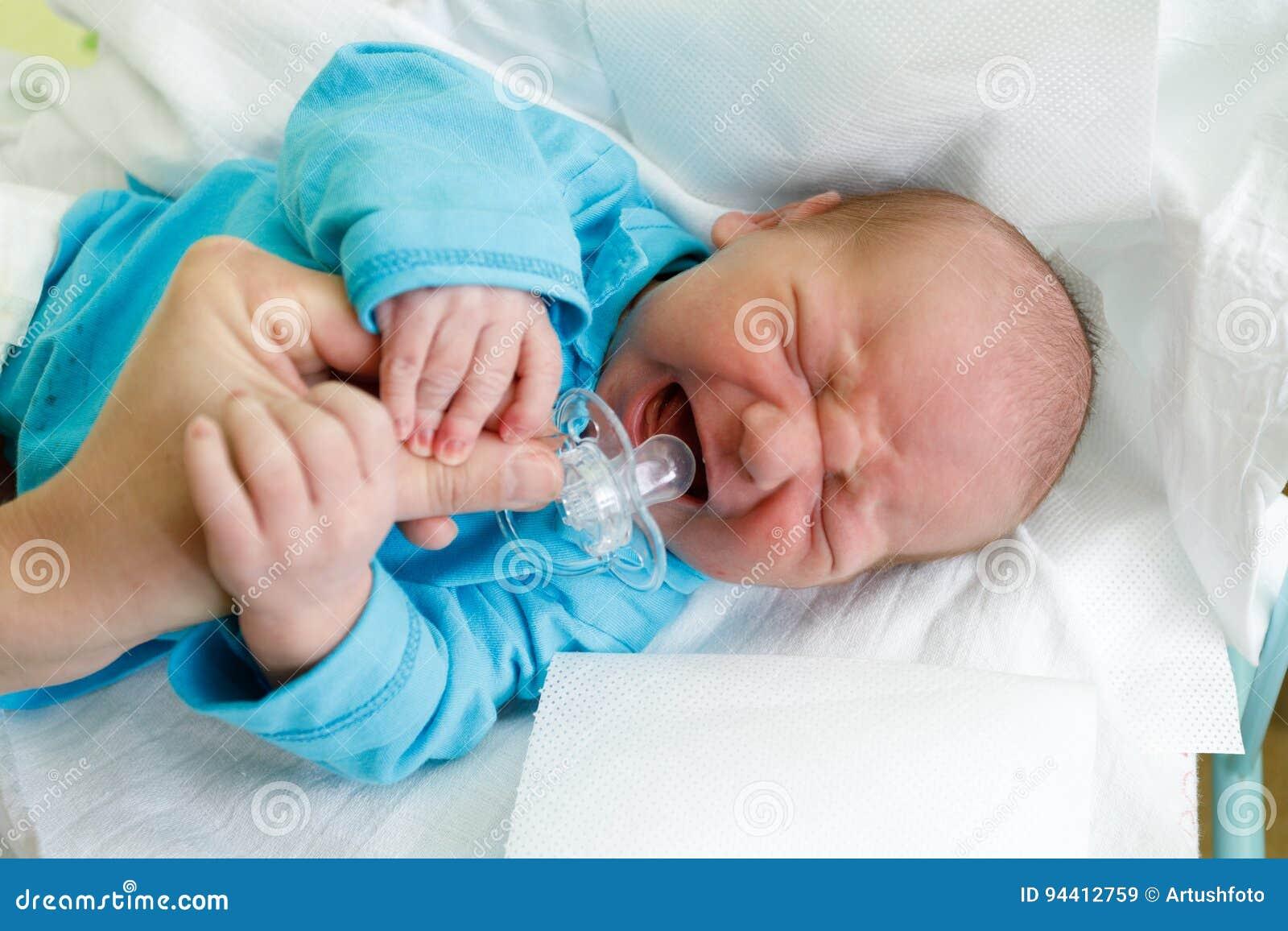 Niño recién nacido gritador del bebé en el hospital