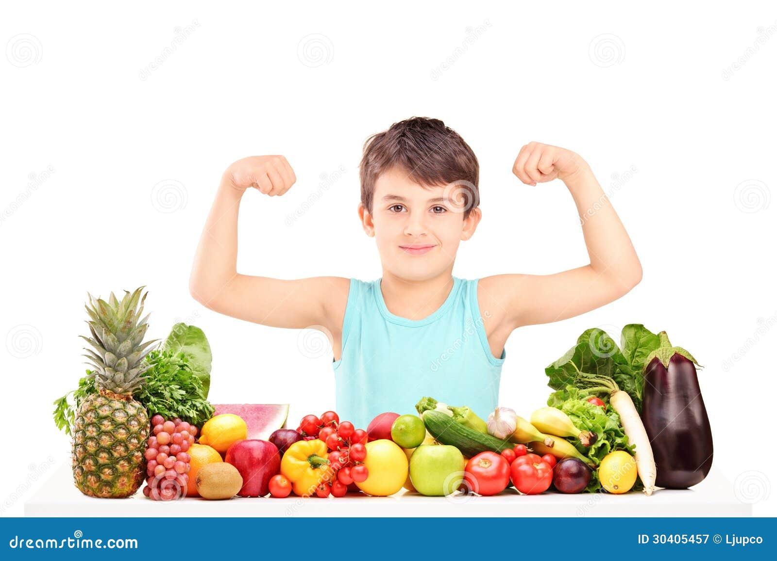 Niño Sano Que Muestra Sus Músculos Y Que Se Sienta En Una ...