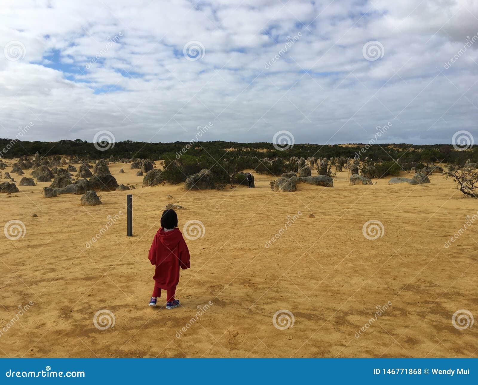 Niño solamente en desierto
