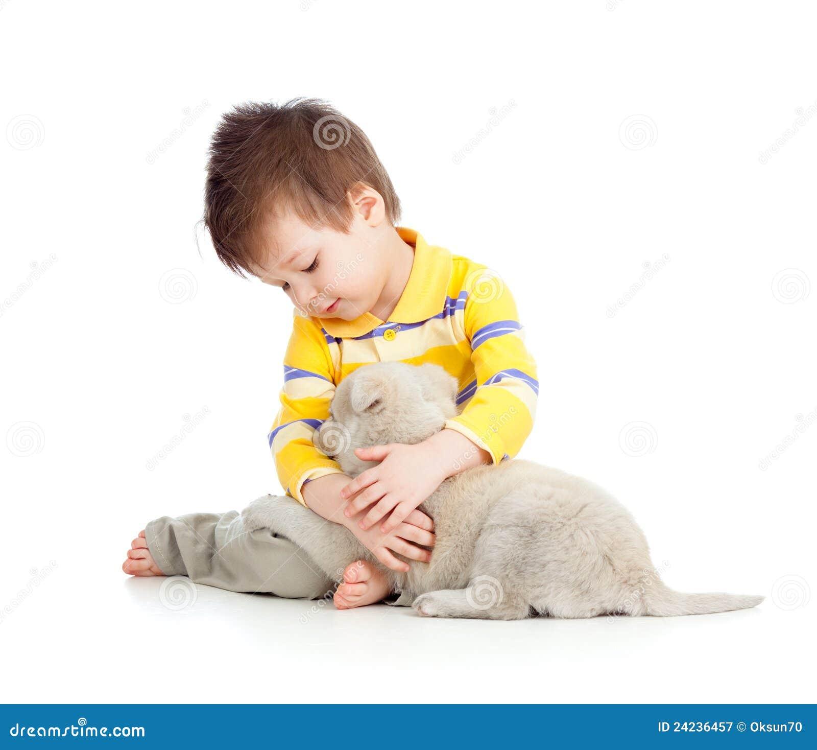 Niño sonriente que abraza un perrito