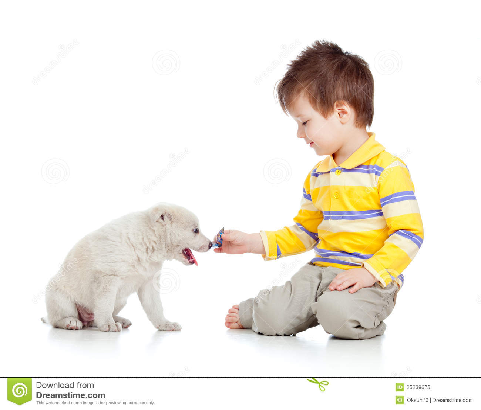 Niño sonriente que juega con un perrito