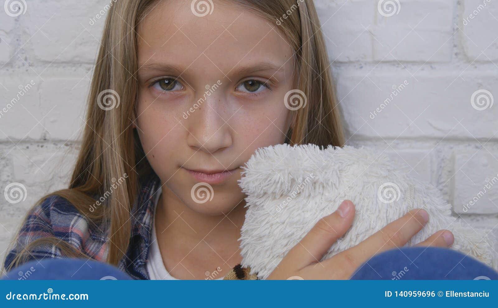 Niño triste, niño infeliz, muchacha enferma enferma en la depresión, persona pensativa subrayada