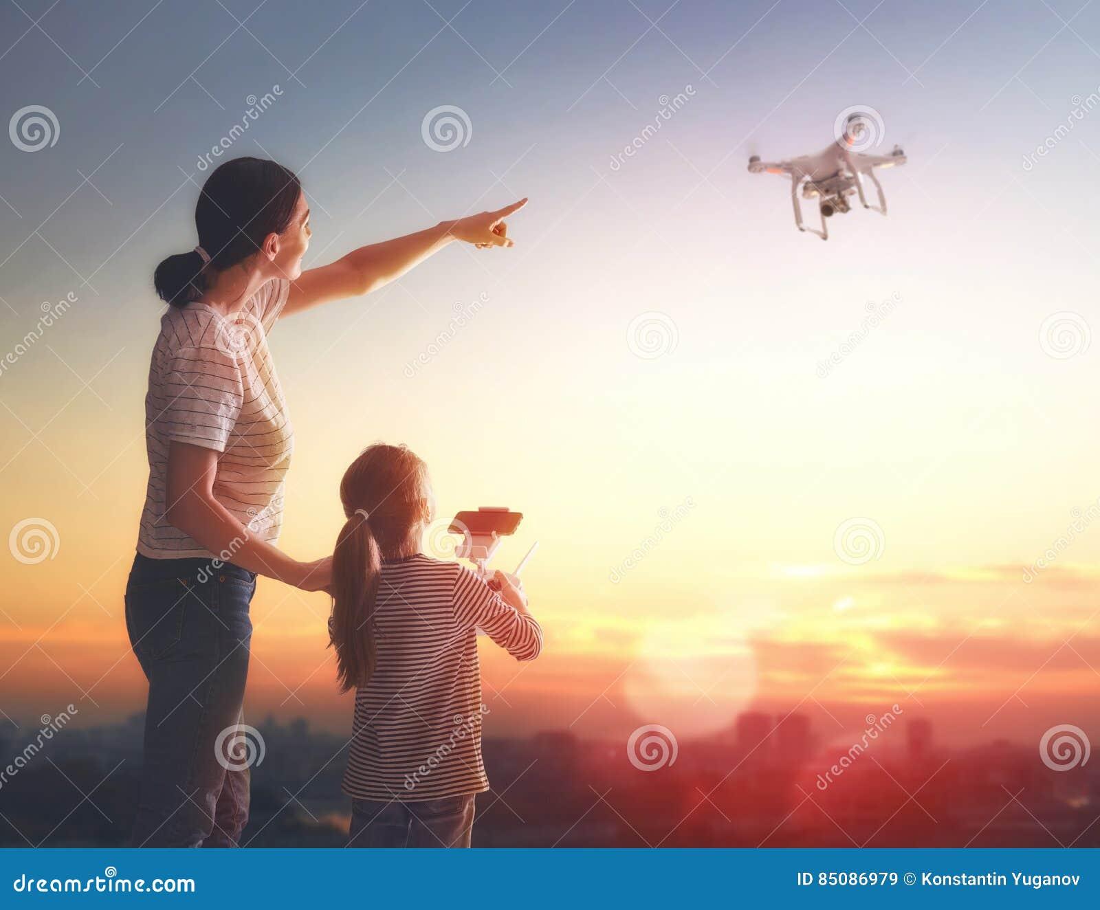 Niño y mamá que juegan con el abejón
