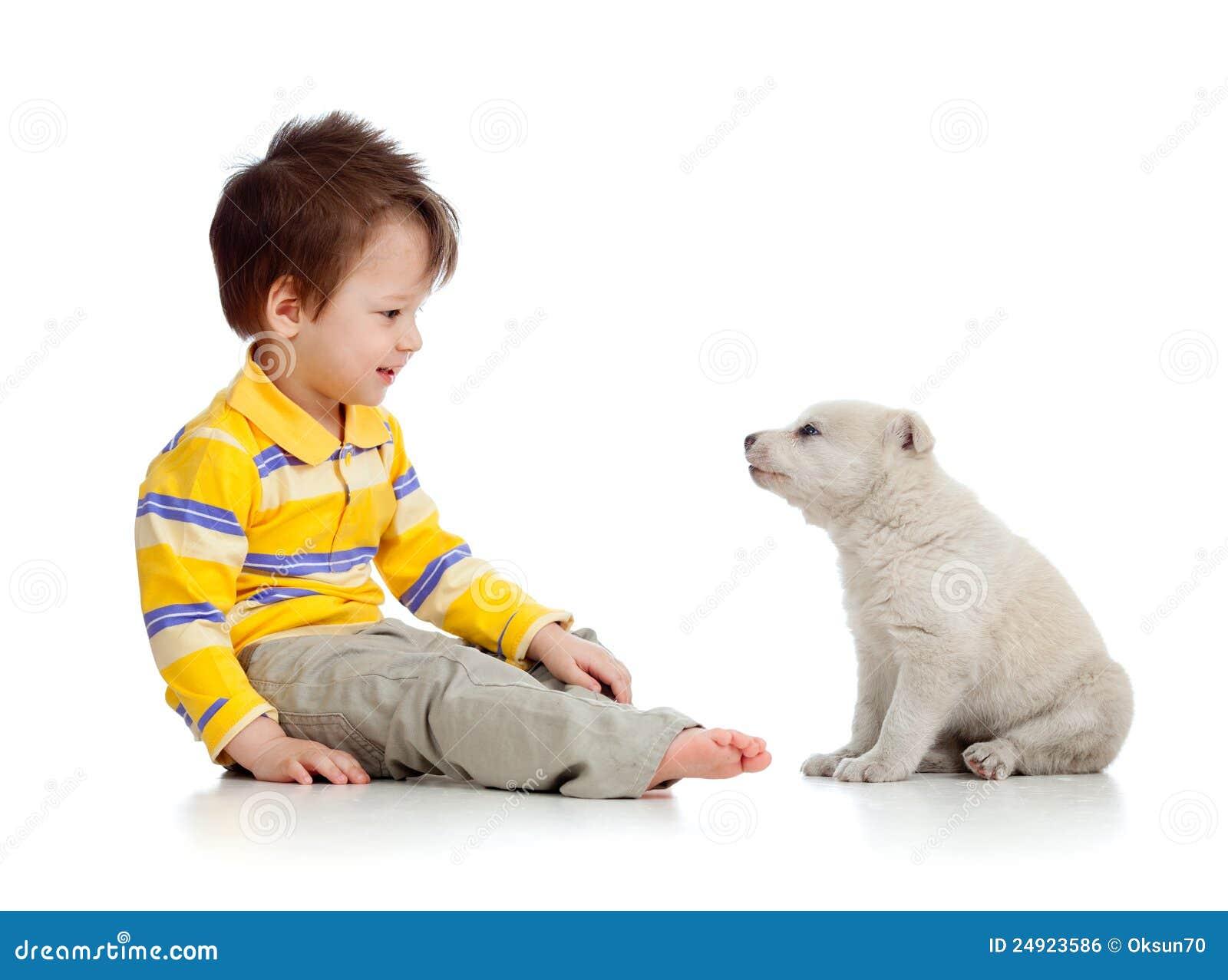 Niño y perrito que miran uno a en pizca