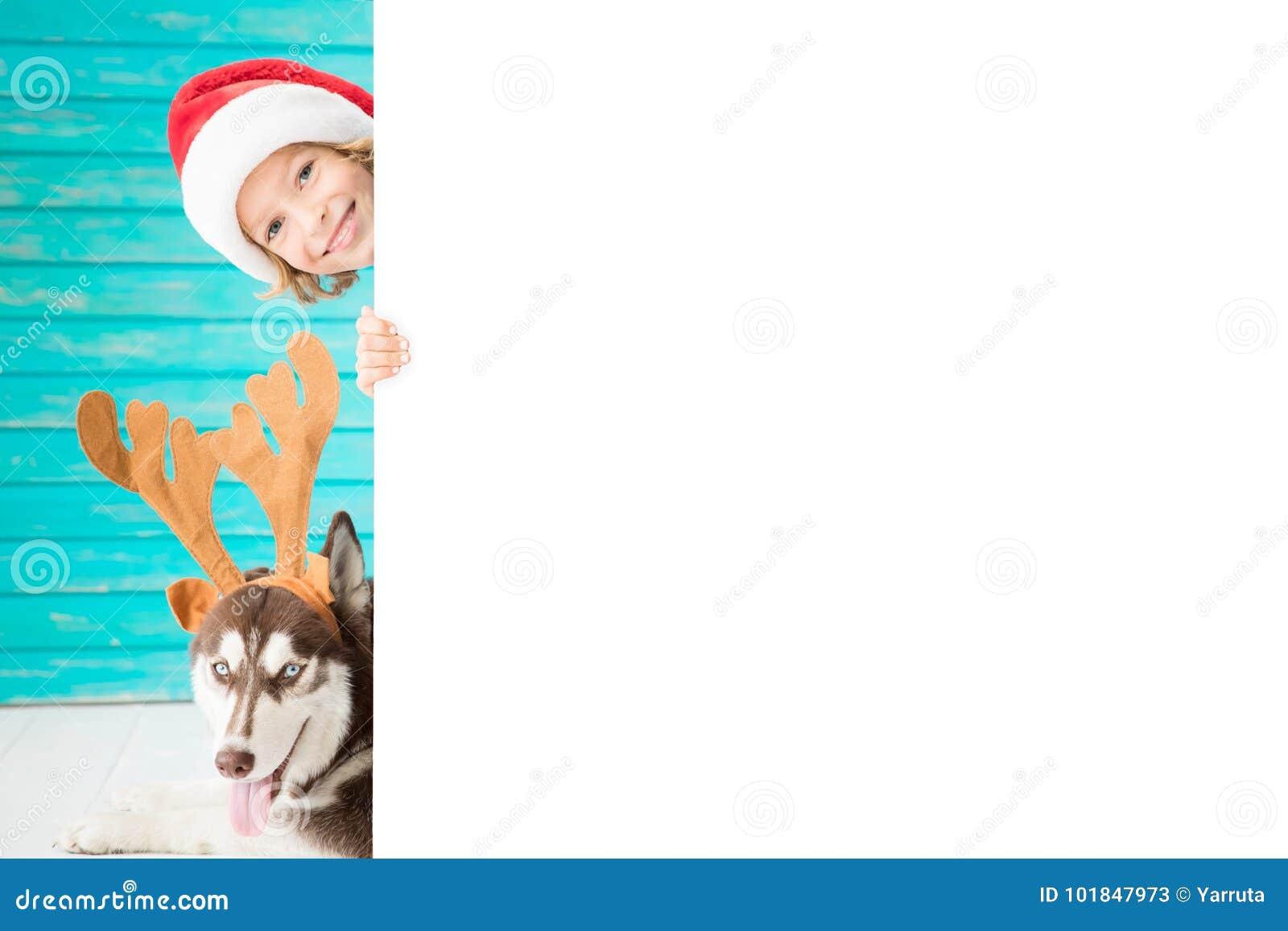 Niño y perro felices el Nochebuena