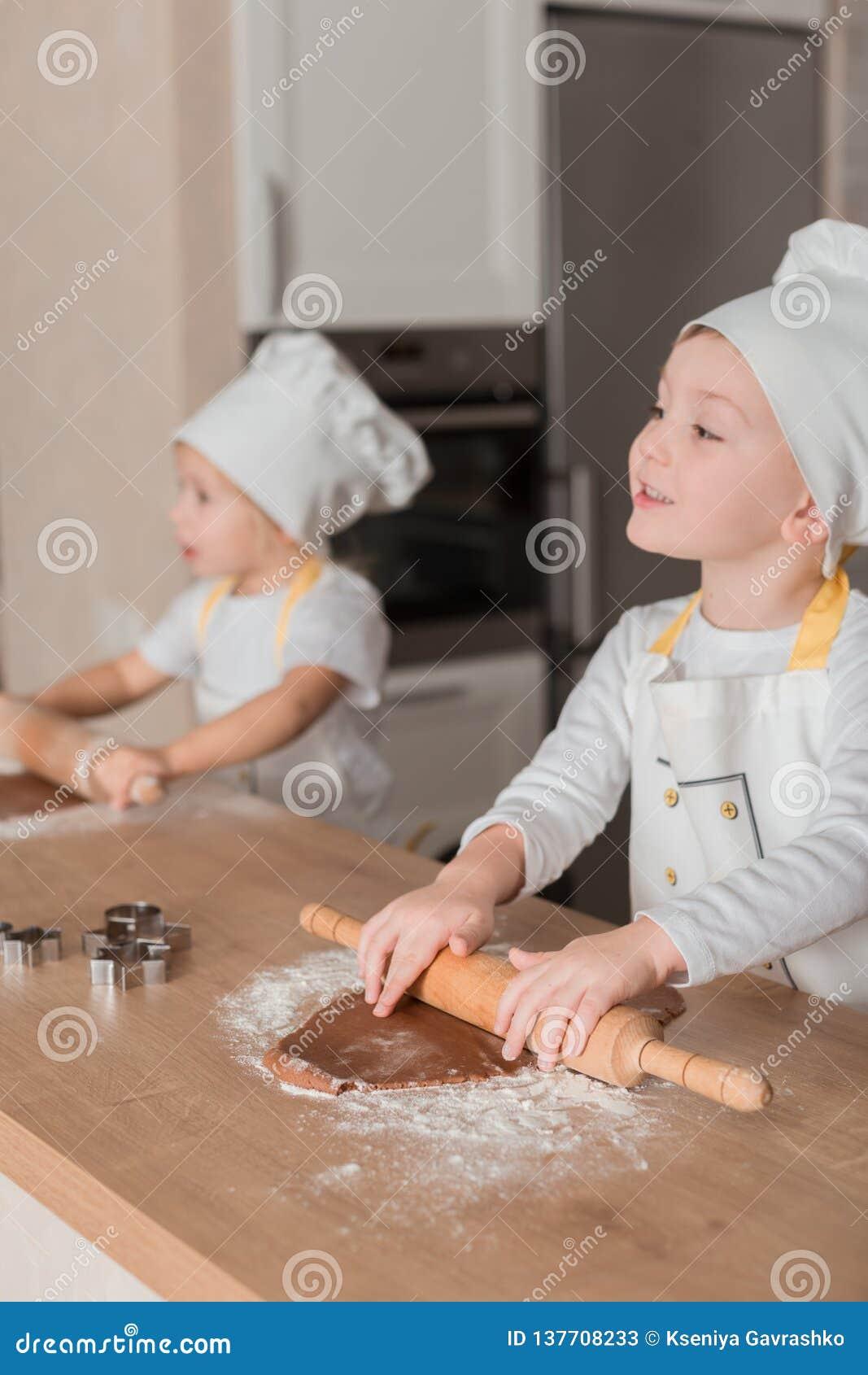 Niños alegres en el cocinero Shape Bake Cookies Concepto culinario Productos de la panadería
