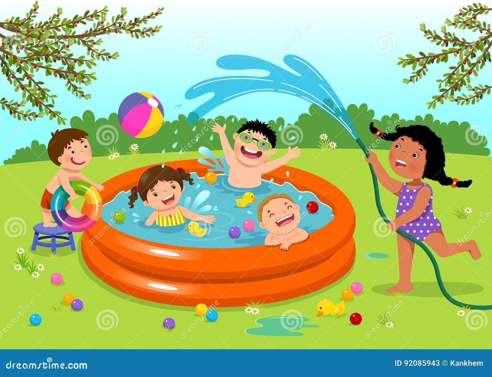 Ni os alegres que juegan en piscina inflable en el patio for Piscina inflable ninos