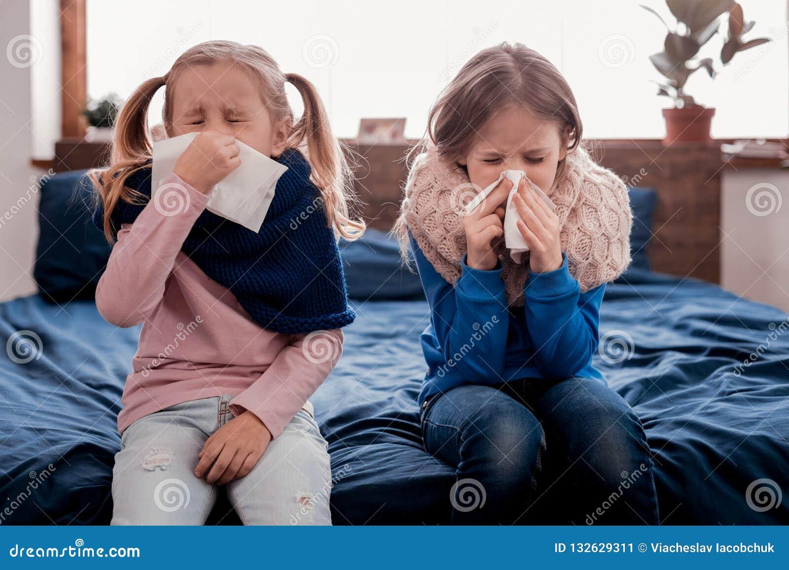 Niños bonitos que estornudan