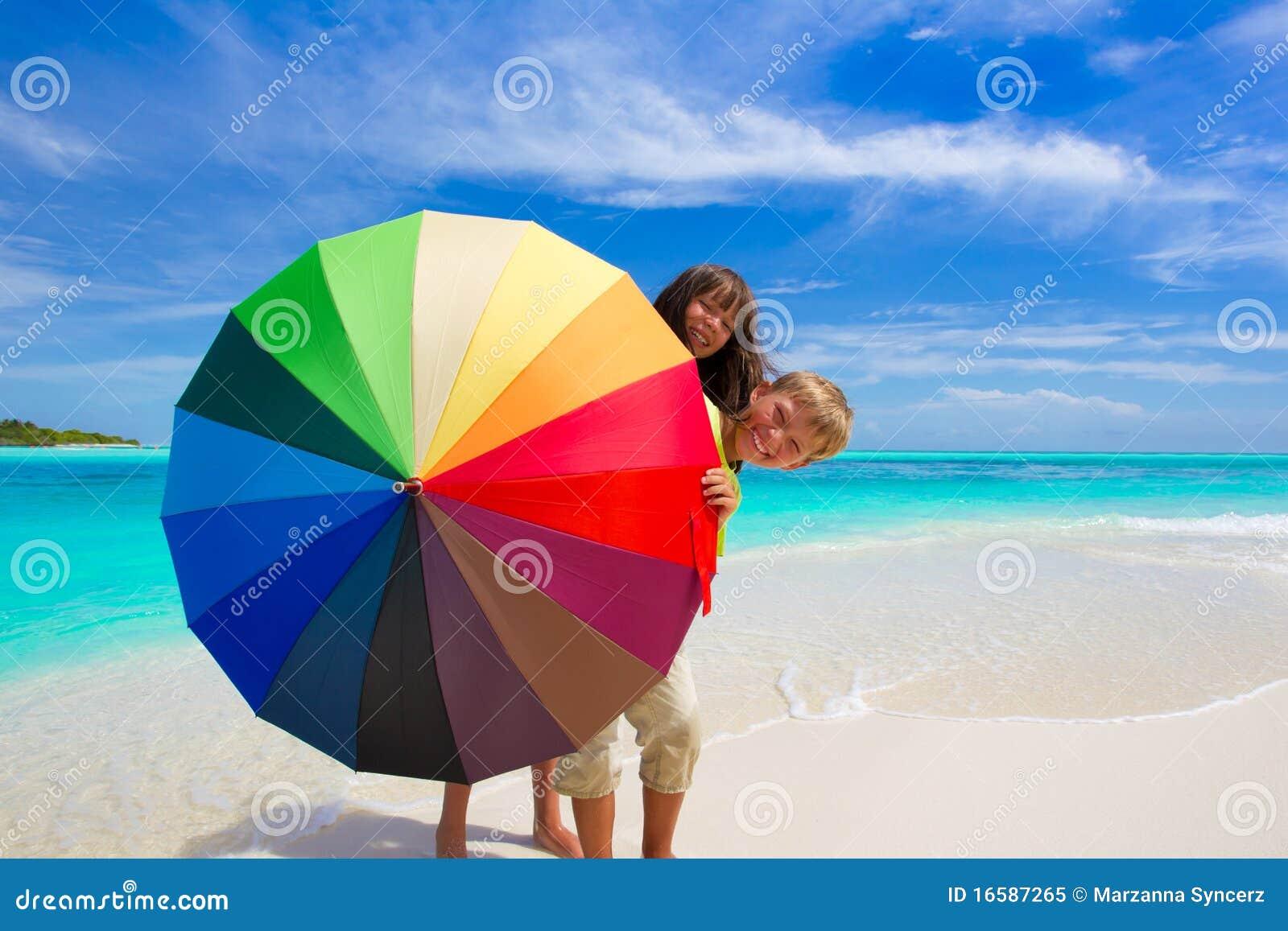 Niños con el paraguas