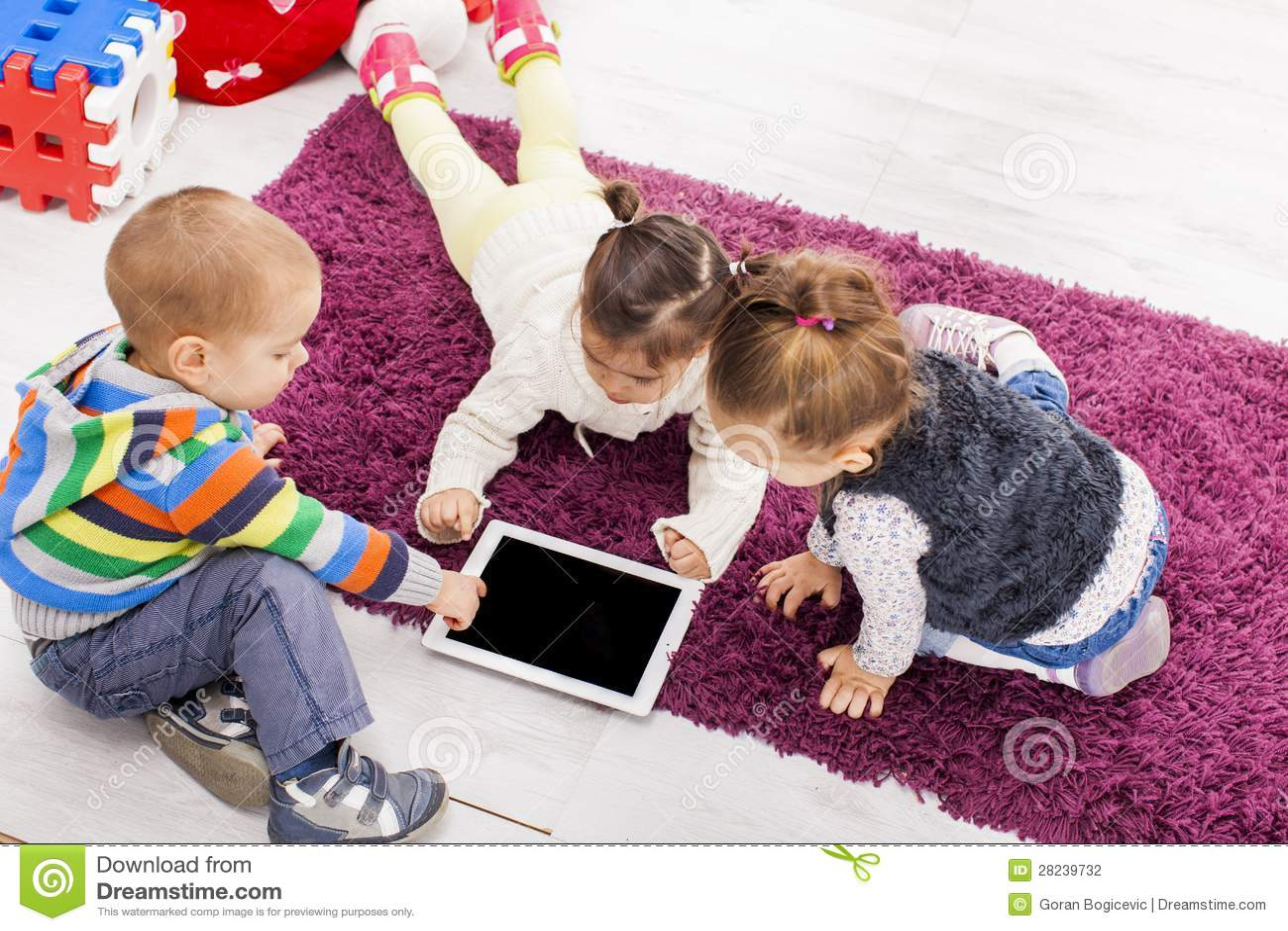 Niños con la tablilla