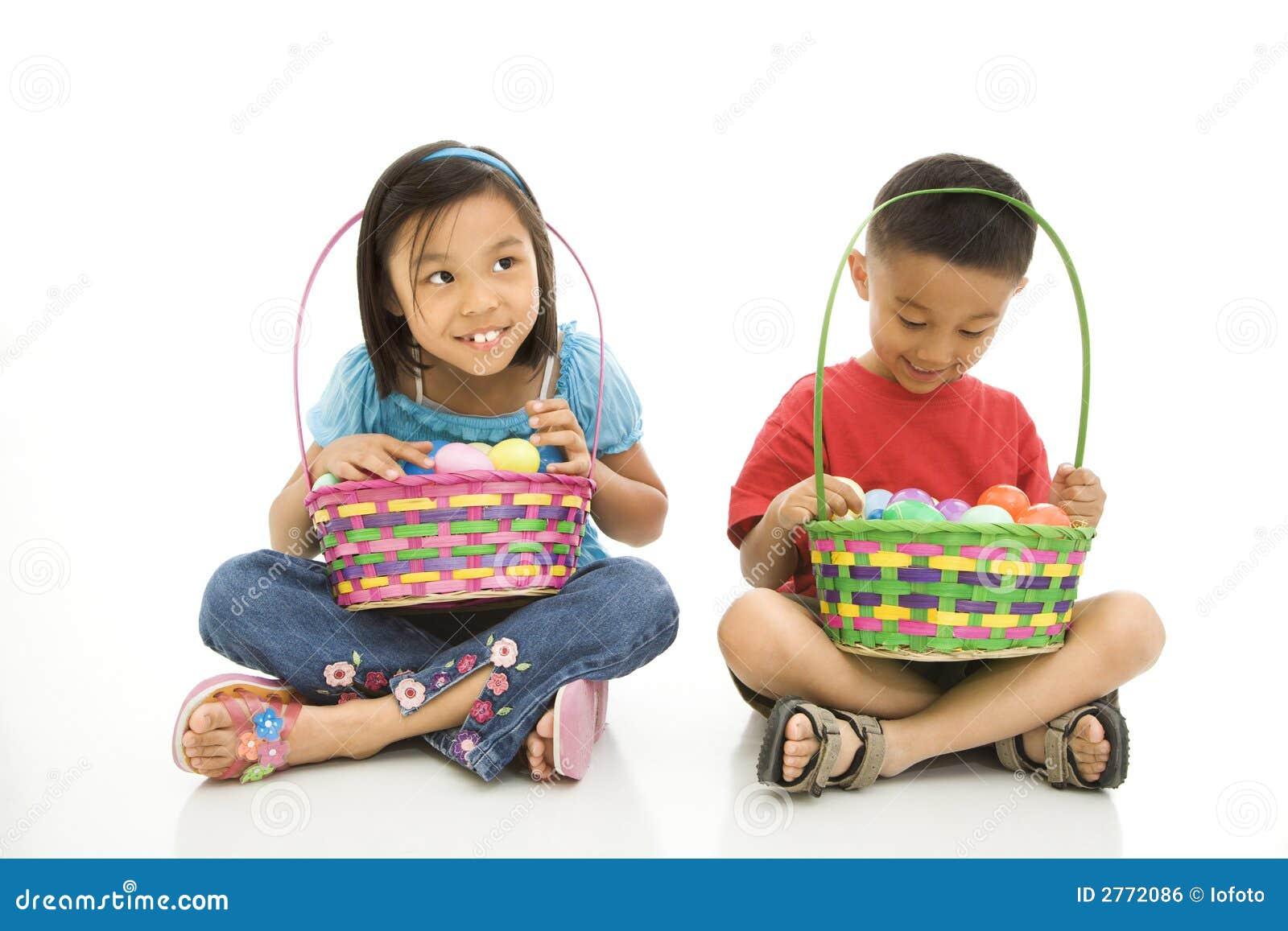Niños con las cestas de Pascua.