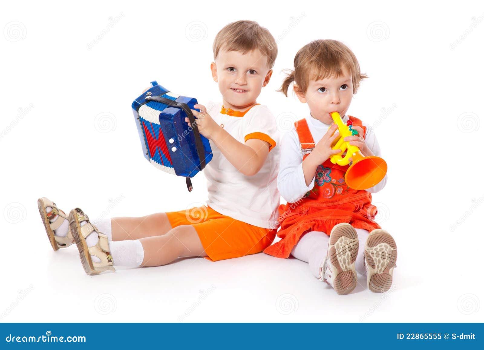 Niños con los juguetes en el estudio