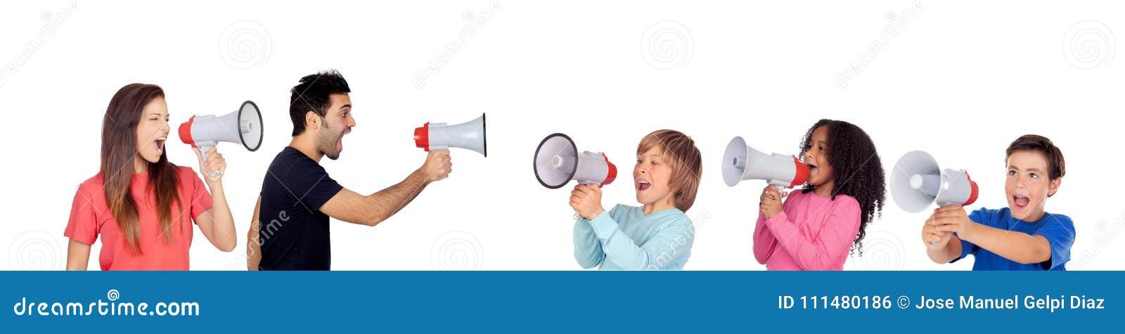 Niños contra los adultos que gritan con los megáfonos