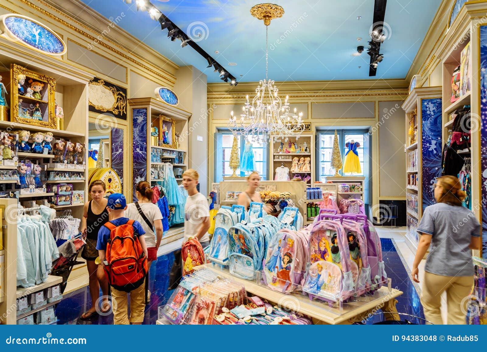 Niños De Compra De La Gente Presentes En La Tienda De Disney Foto De Archivo Editorial Imagen De Retail Estantes 94383048