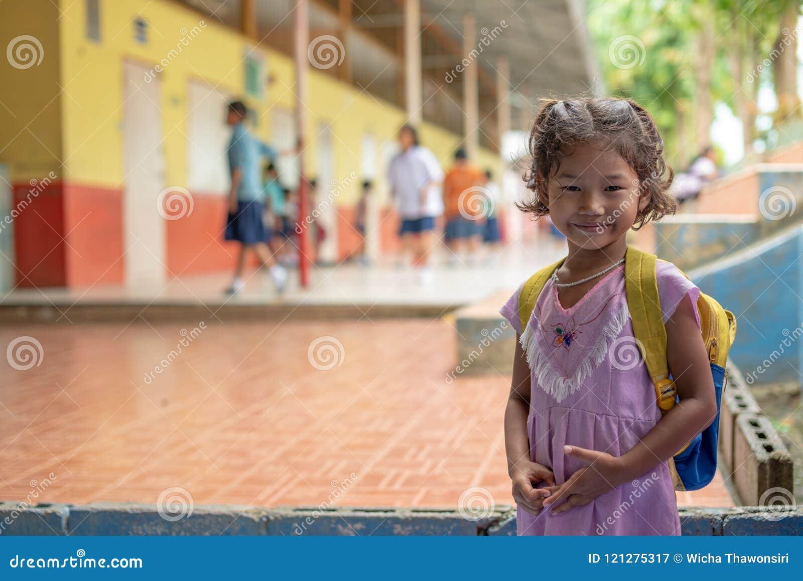 Niños de Karen de la escuela de Banbongtilang