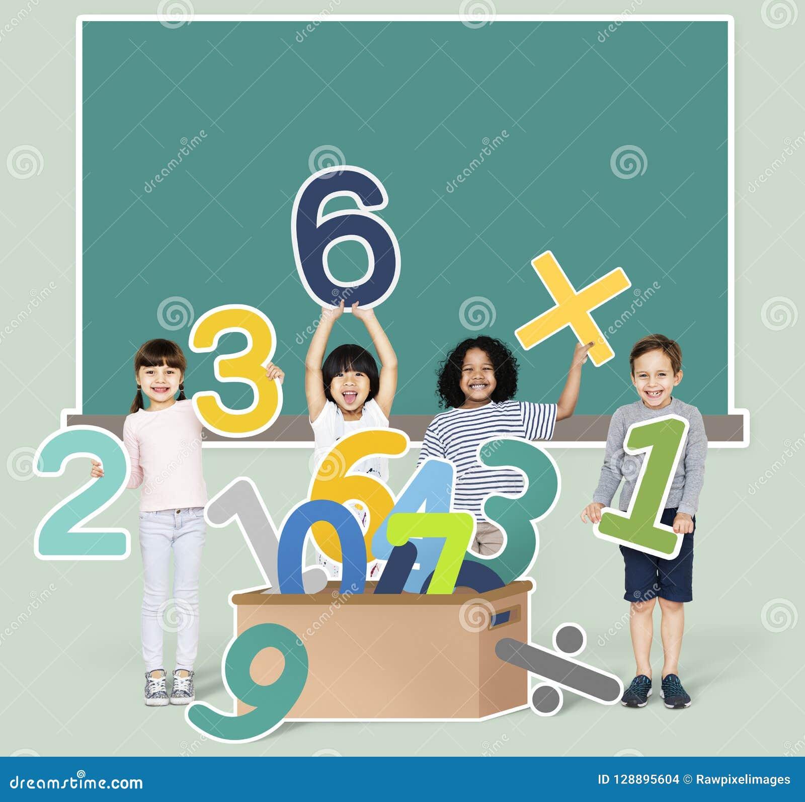Niños de la escuela que aprenden matemáticas con números