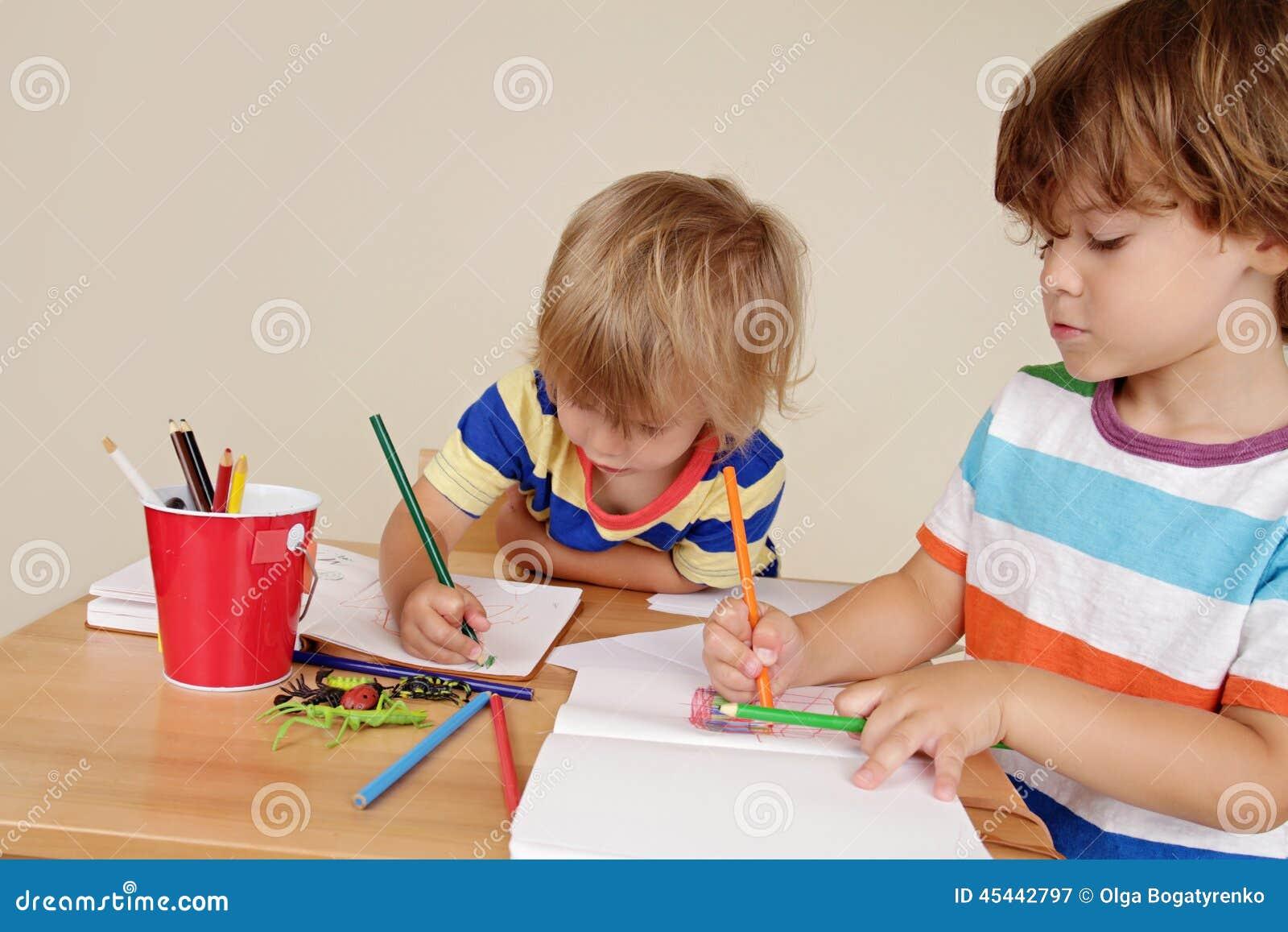 Niños de los niños que dibujan arte