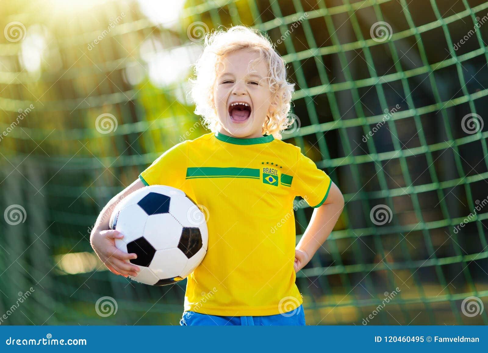 Niños del fanático del fútbol del Brasil Fútbol del juego de niños